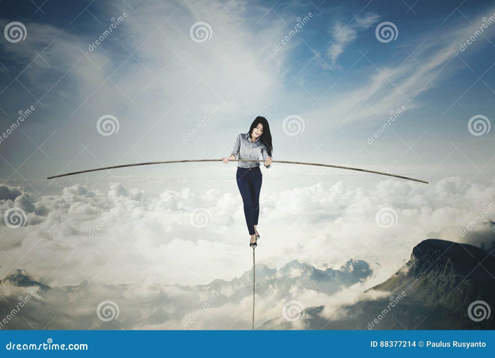 Empresaria con un palillo sobre las montañas