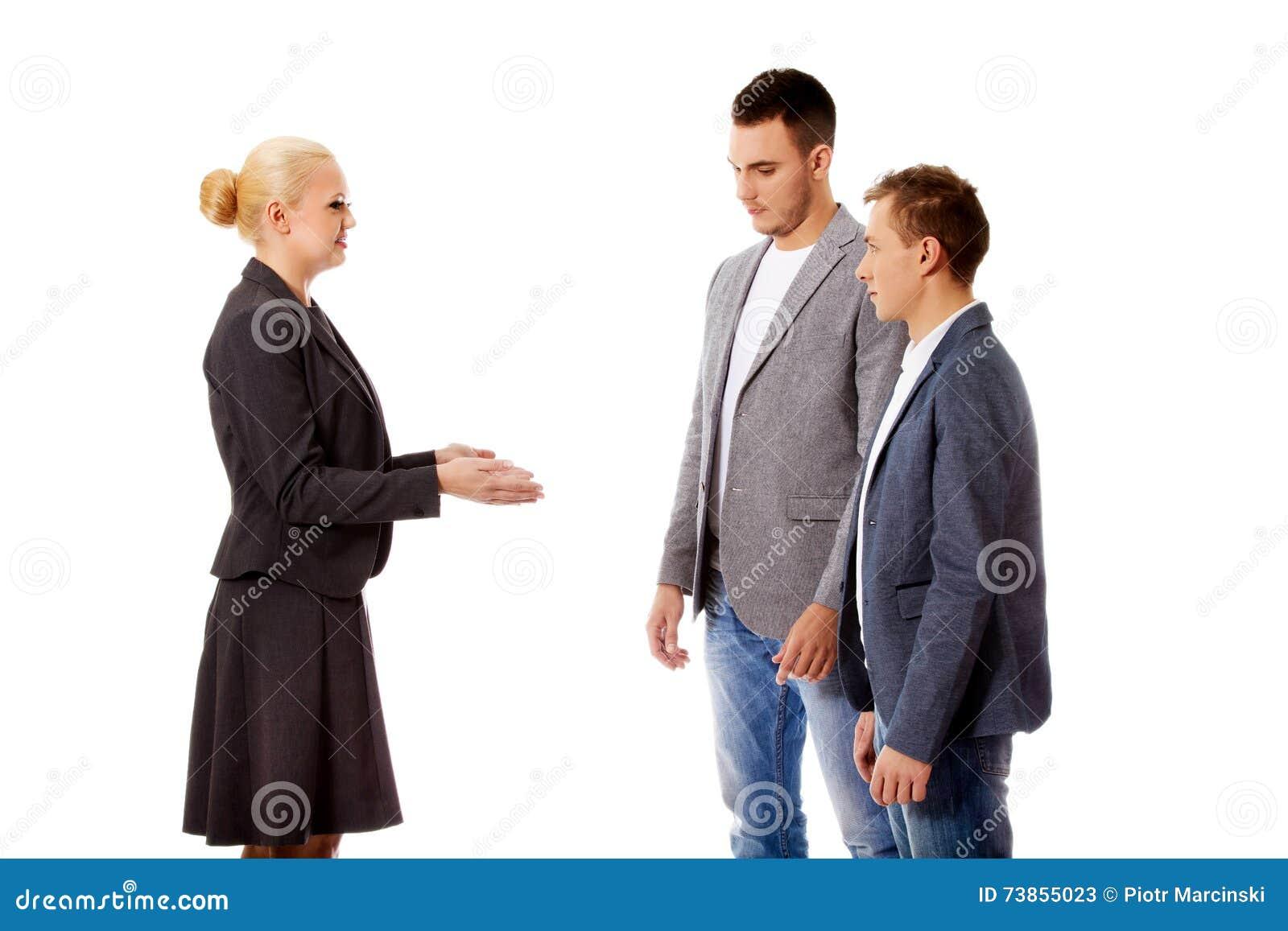 Empresaria de Boss que grita en sus empleados
