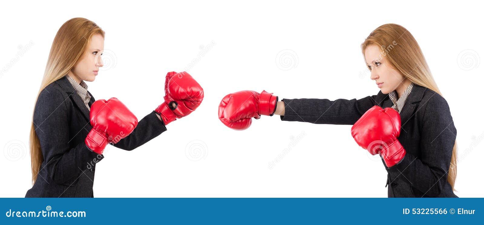 Empresaria de la mujer con los guantes de boxeo en blanco