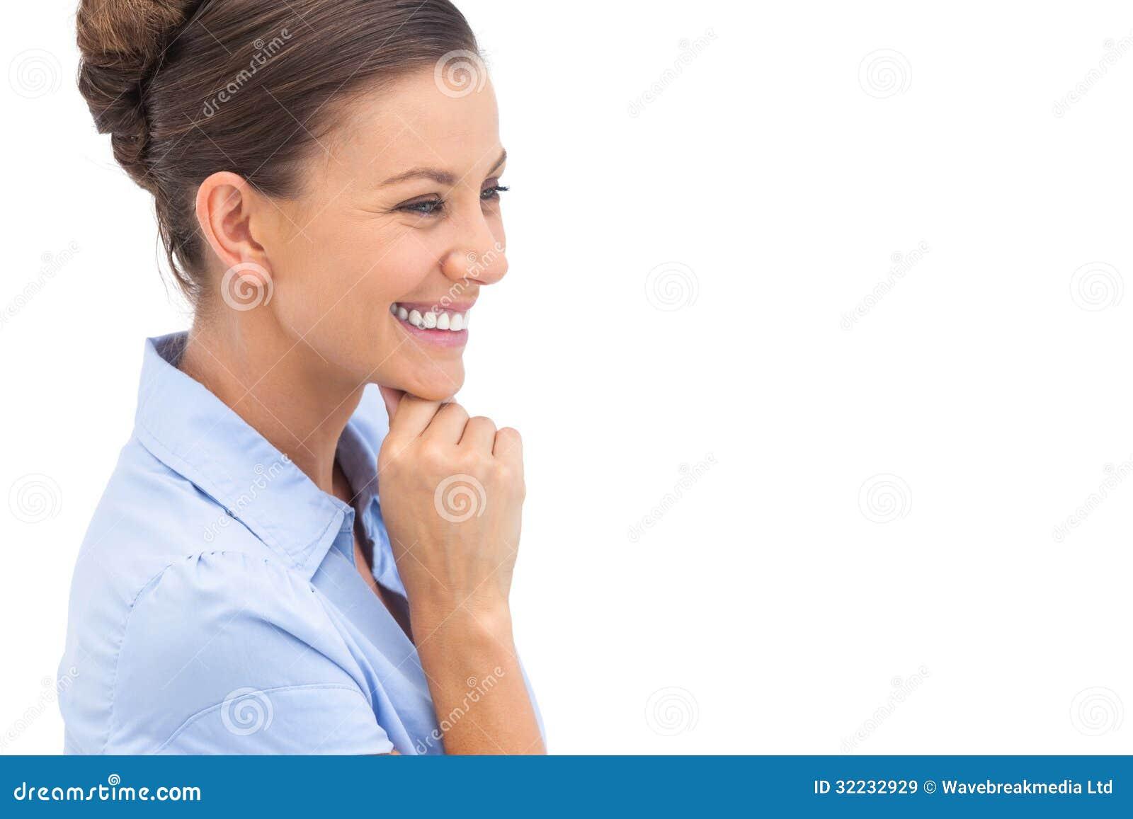 Empresaria de risa con la mano en la barbilla