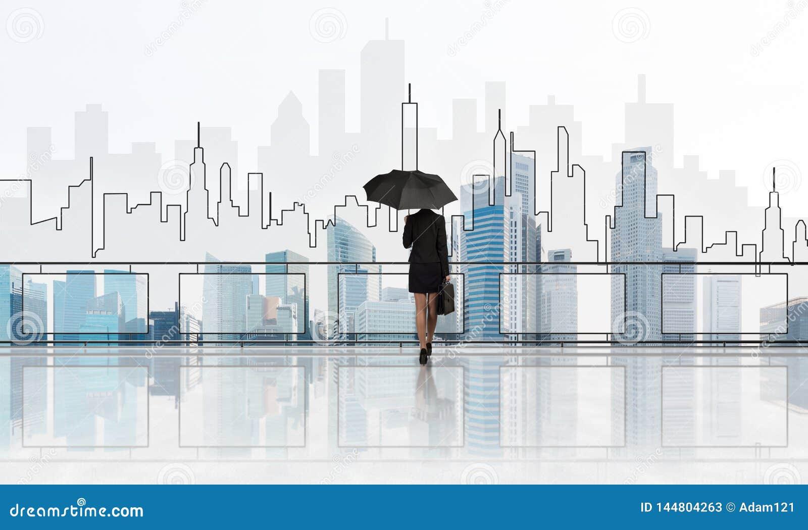 Empresaria elegante que se coloca con en paisaje urbano moderno trasero y de mirada del negocio T?cnicas mixtas