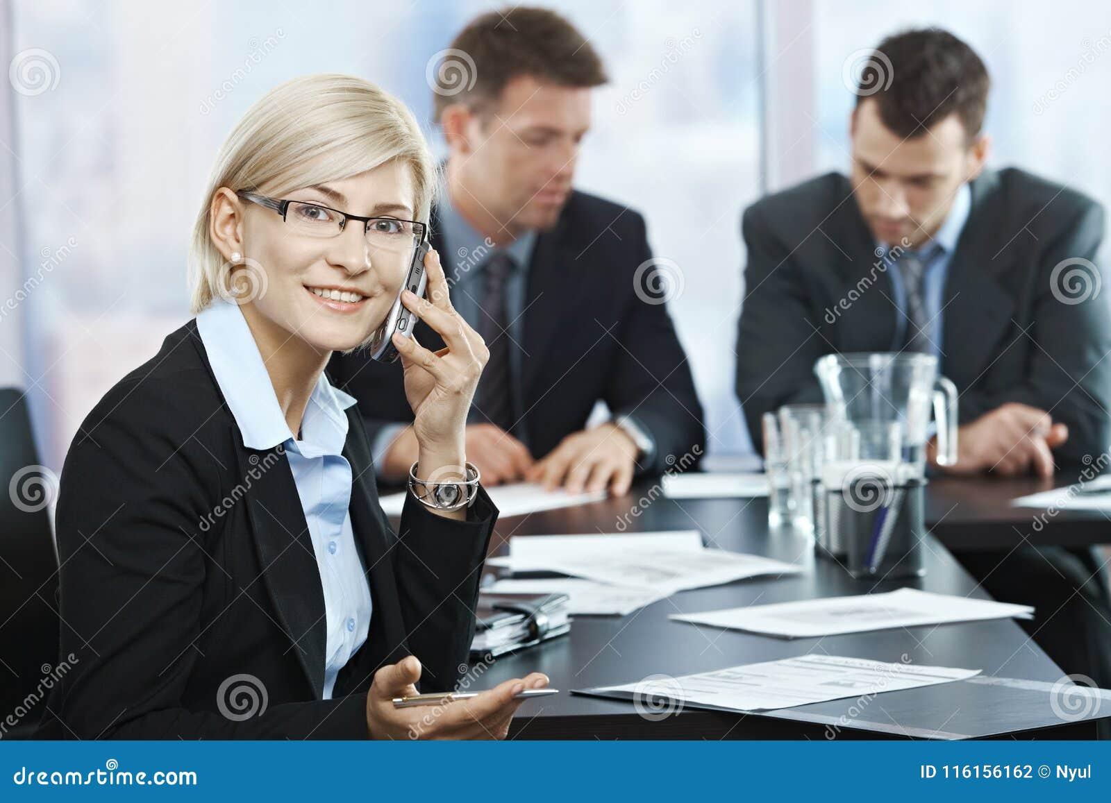 Empresaria en el teléfono en la reunión
