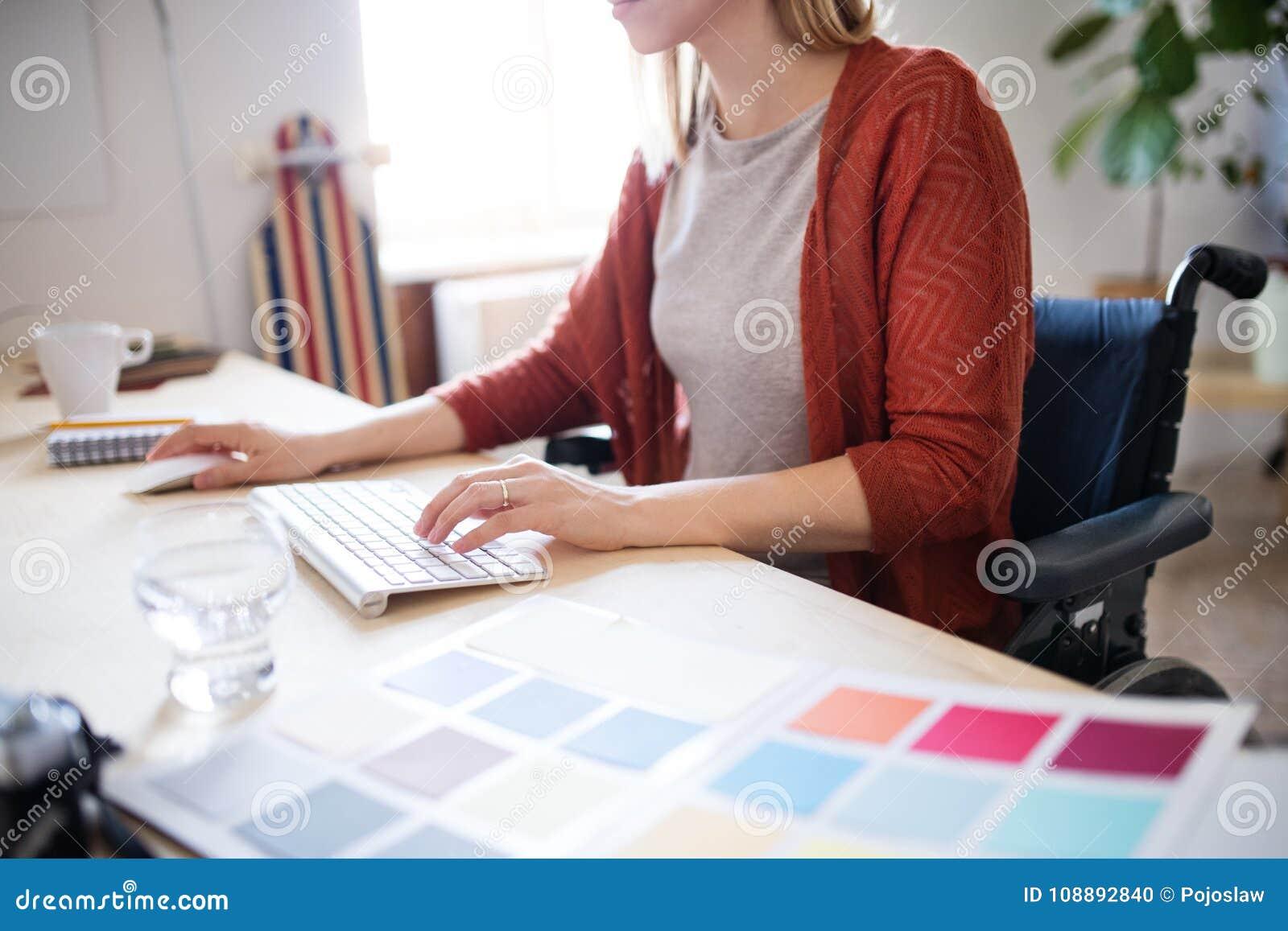 Empresaria En Silla De Ruedas En El Escritorio En Su Oficina ...