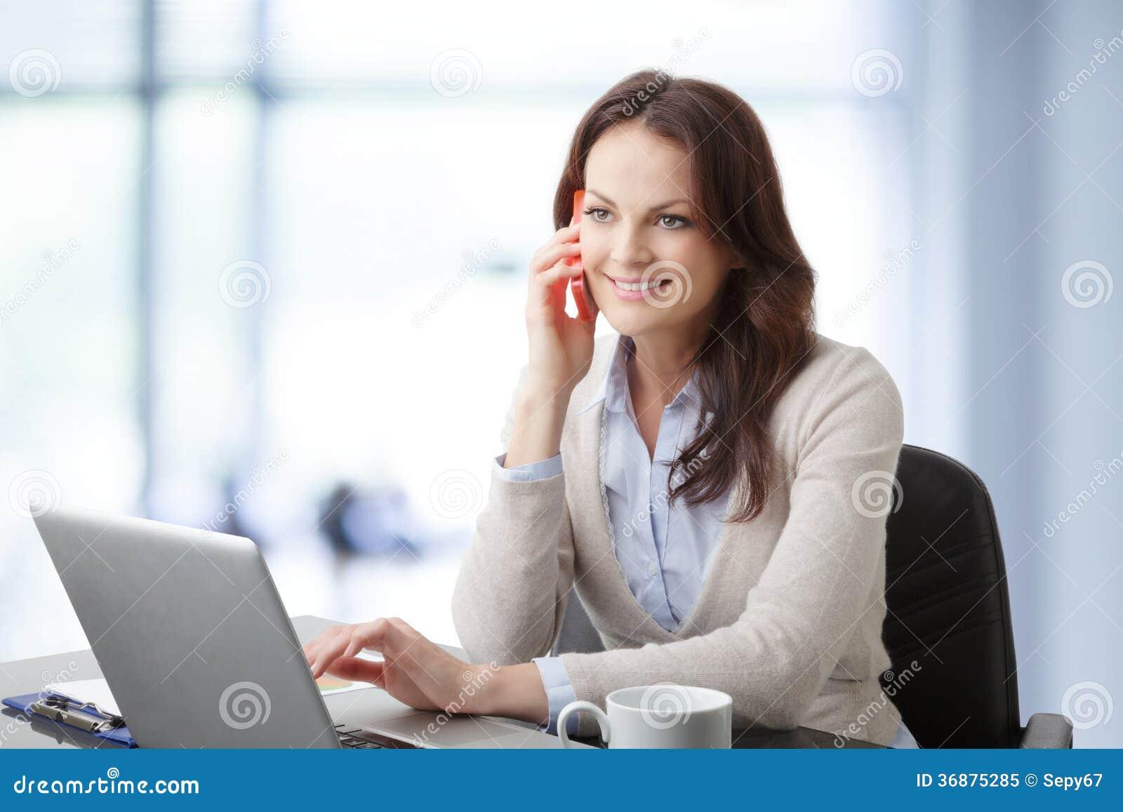 Empresaria hermosa que tiene una conversación telefónica