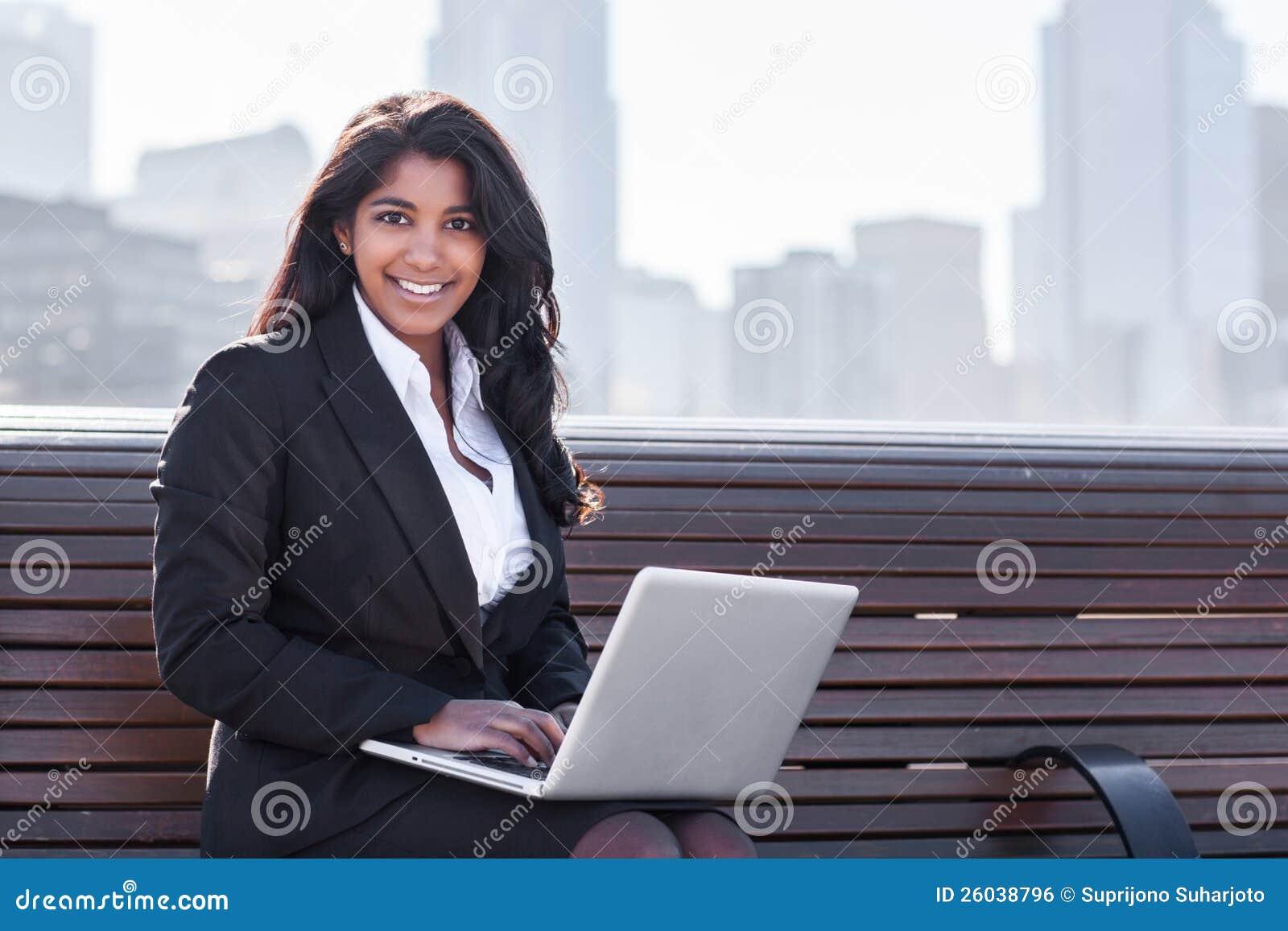 Empresaria india con la computadora portátil