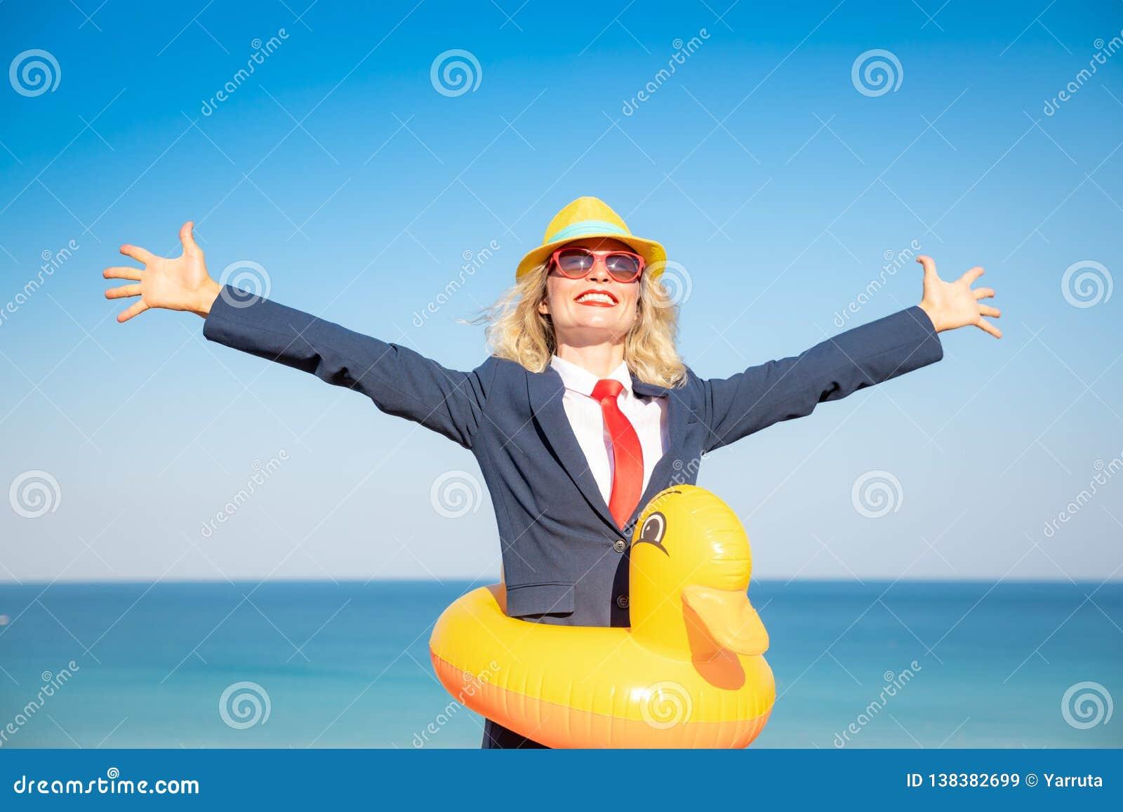 Empresaria joven acertada en una playa