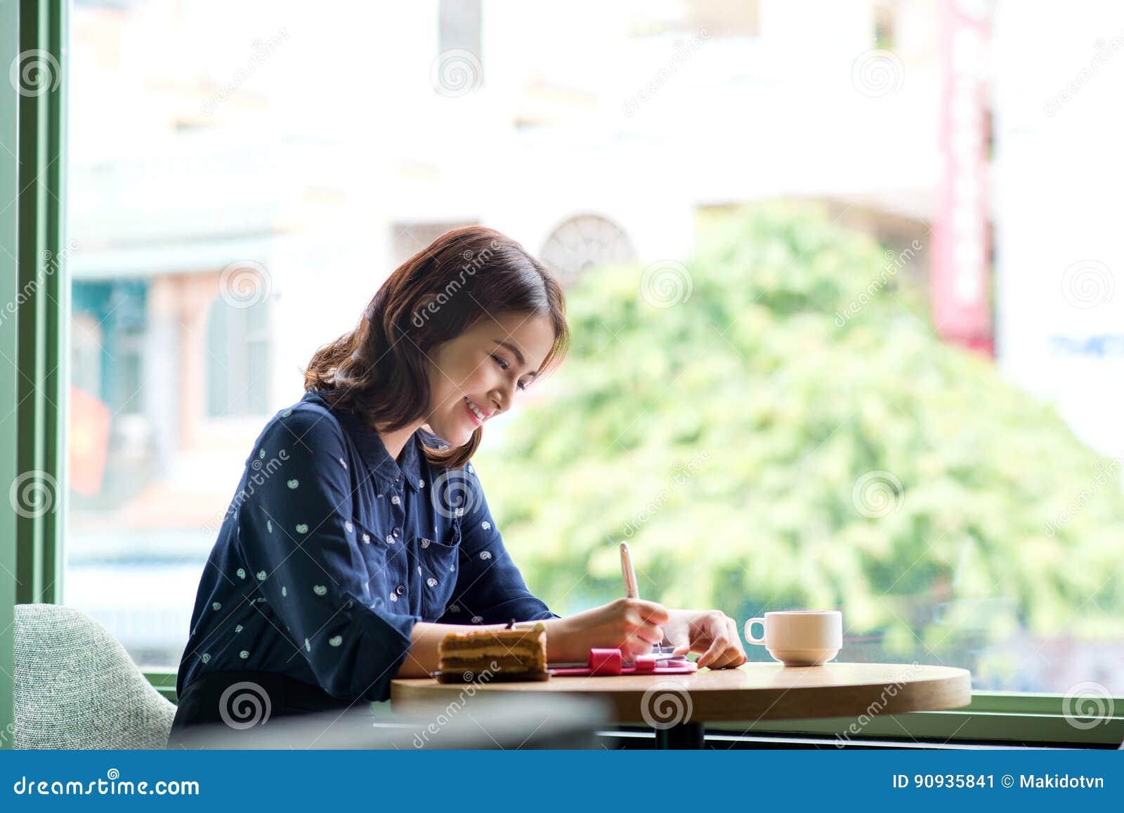 Empresaria joven asiática linda hermosa en el café