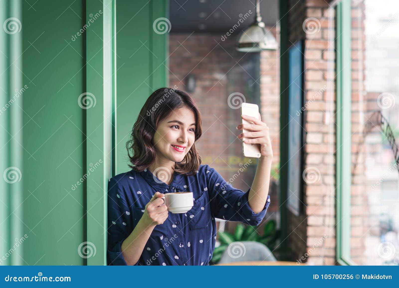 Empresaria joven asiática linda hermosa en el café, tomando el sel