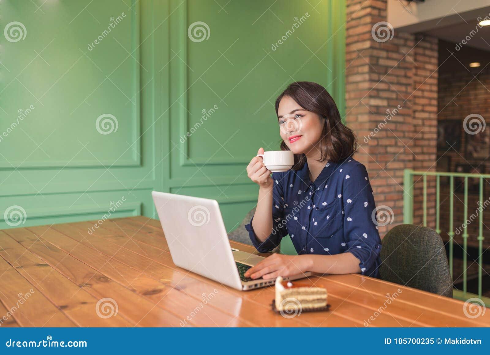 Empresaria joven asiática linda hermosa en el café, usando lapt