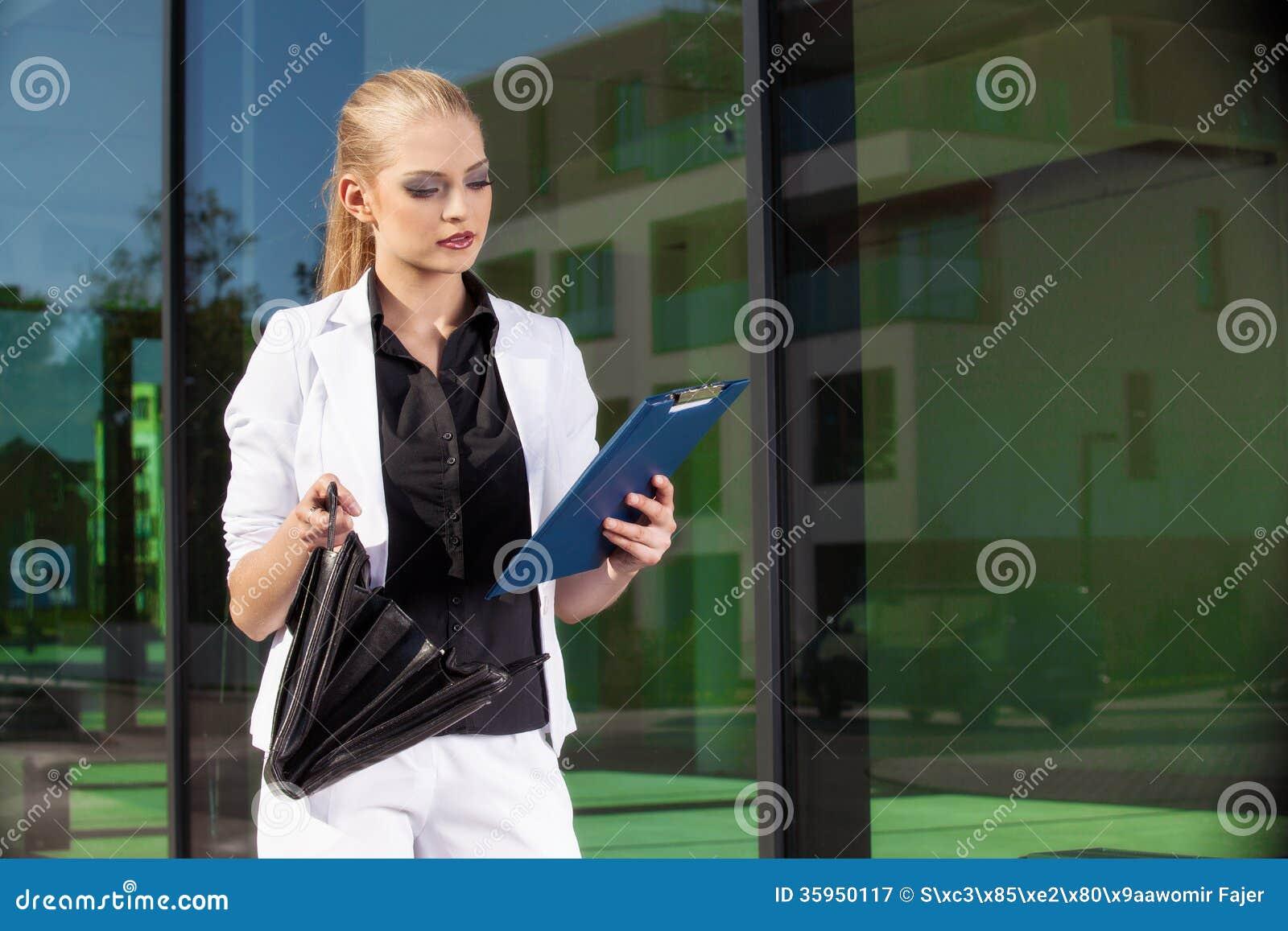 Empresaria joven con biefcase