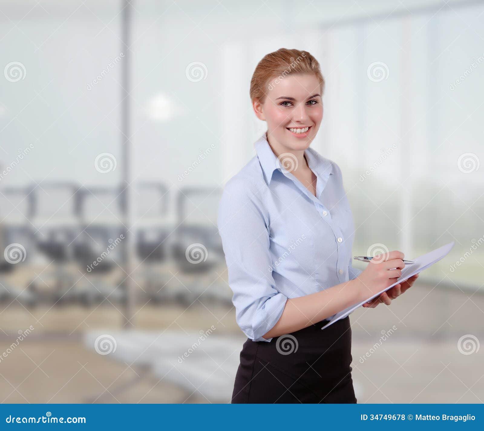 Empresaria joven con el folio