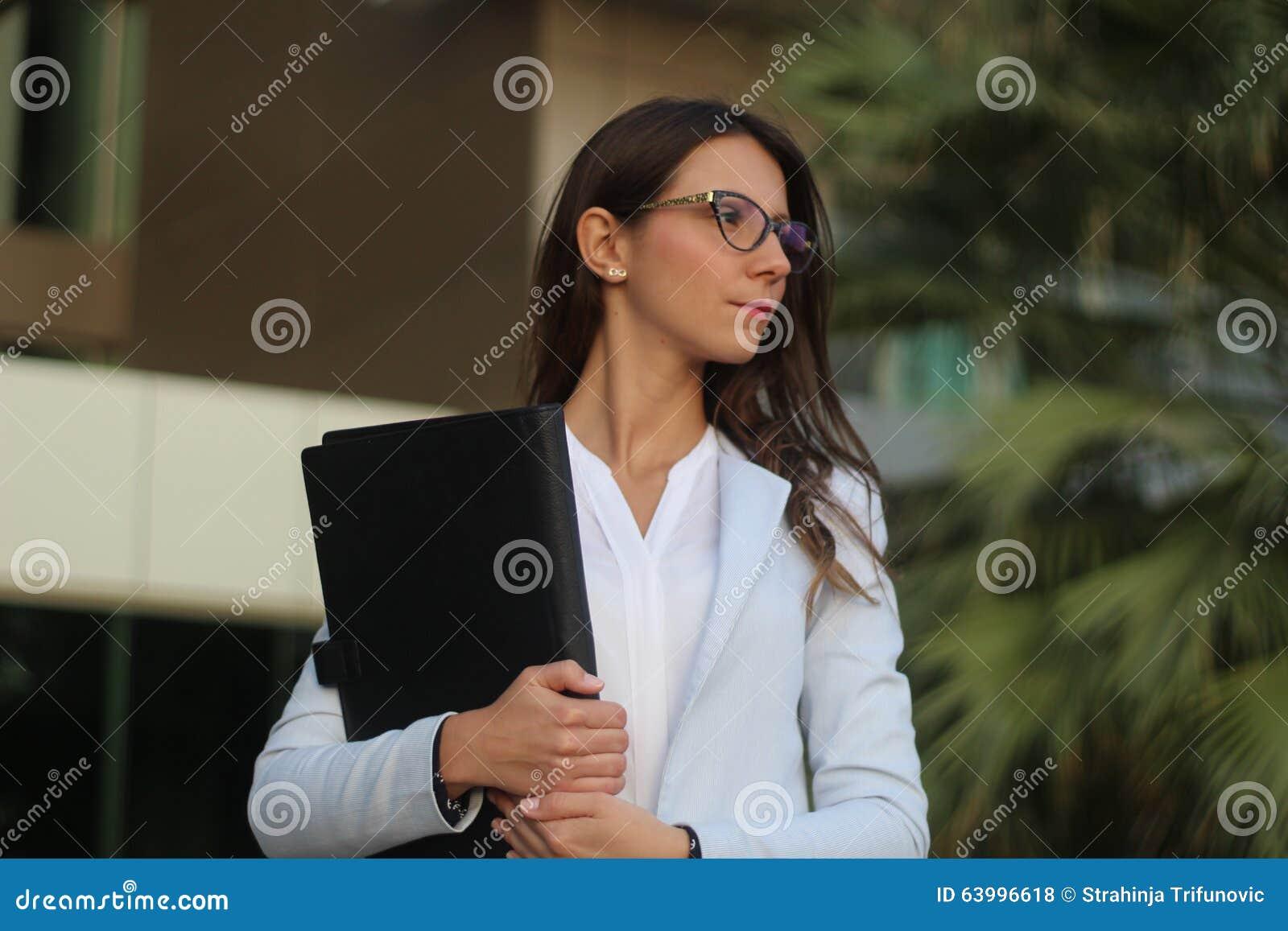 Empresaria joven con el folio - imagen común