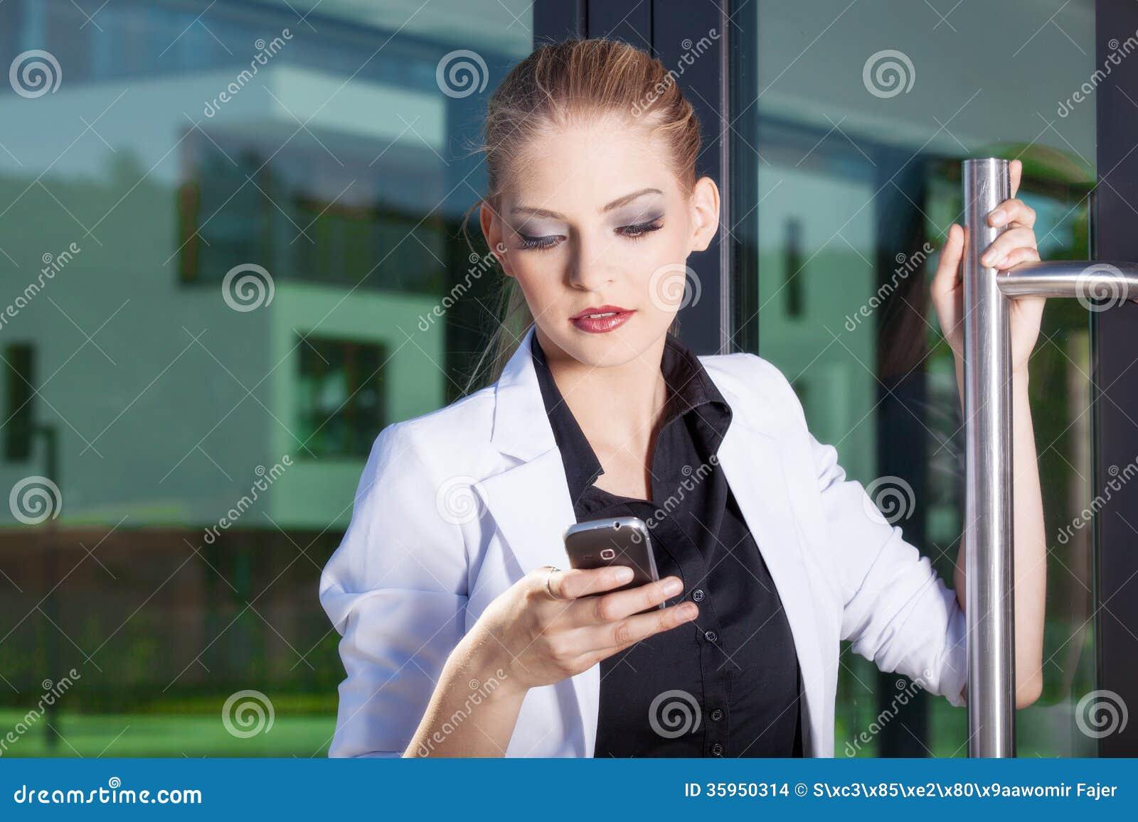 Empresaria joven en el teléfono