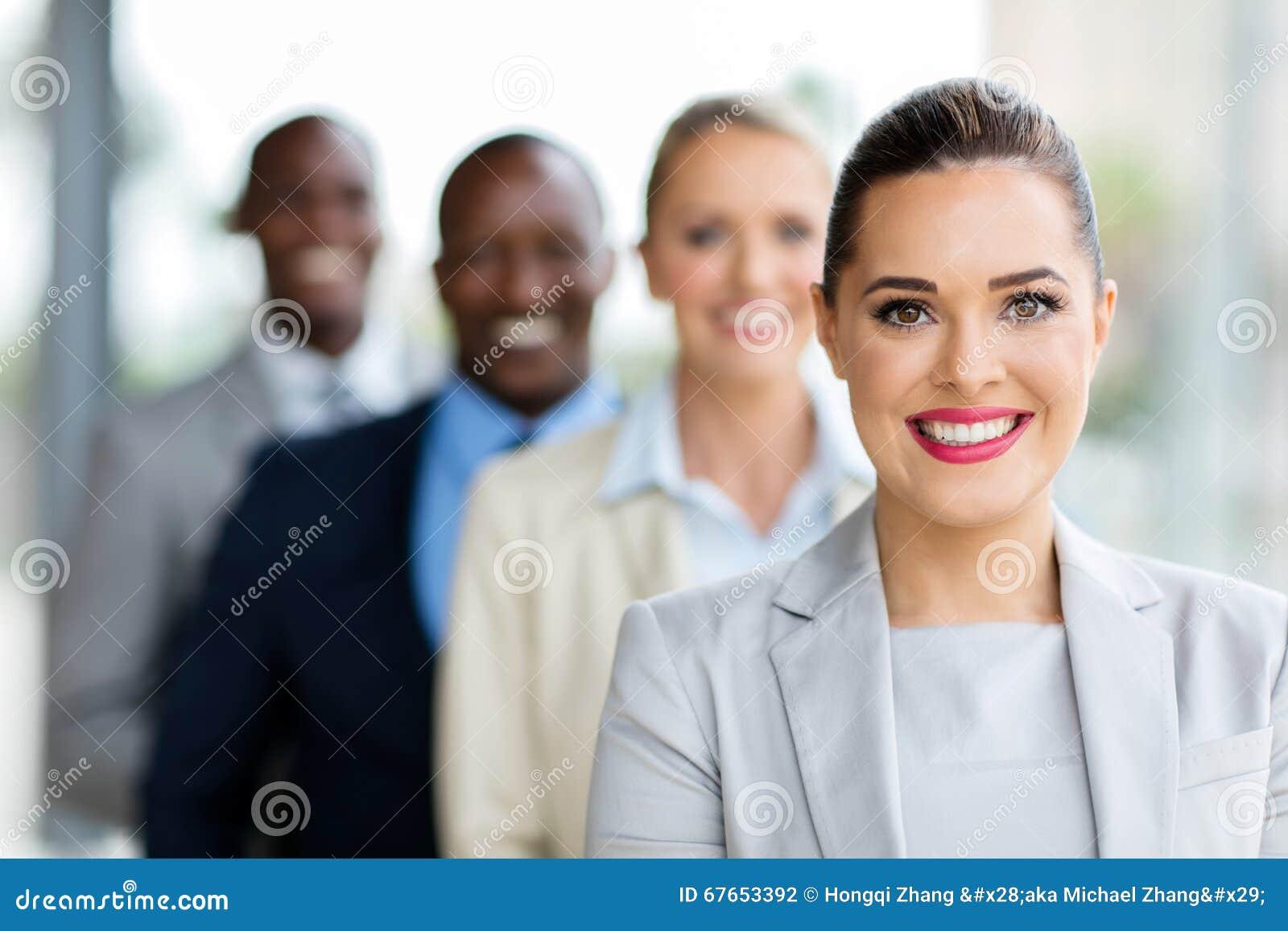Empresaria joven en fila