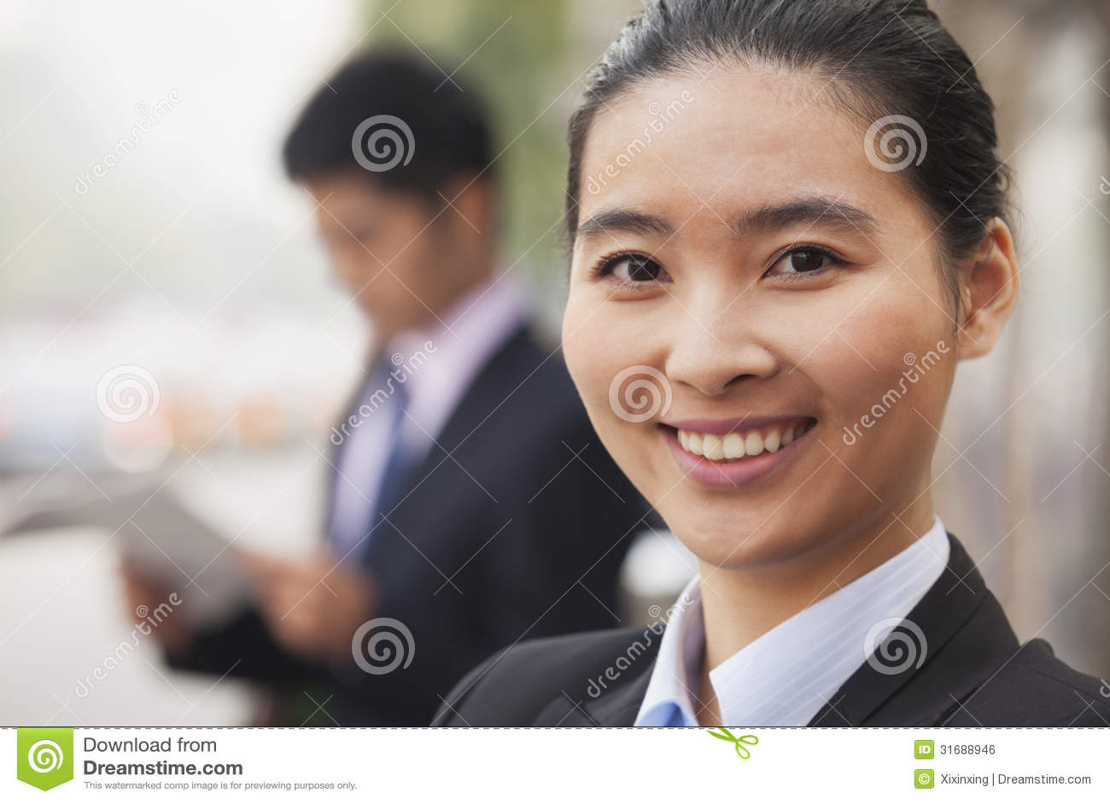 Empresaria joven en Pekín, China, retrato del primer