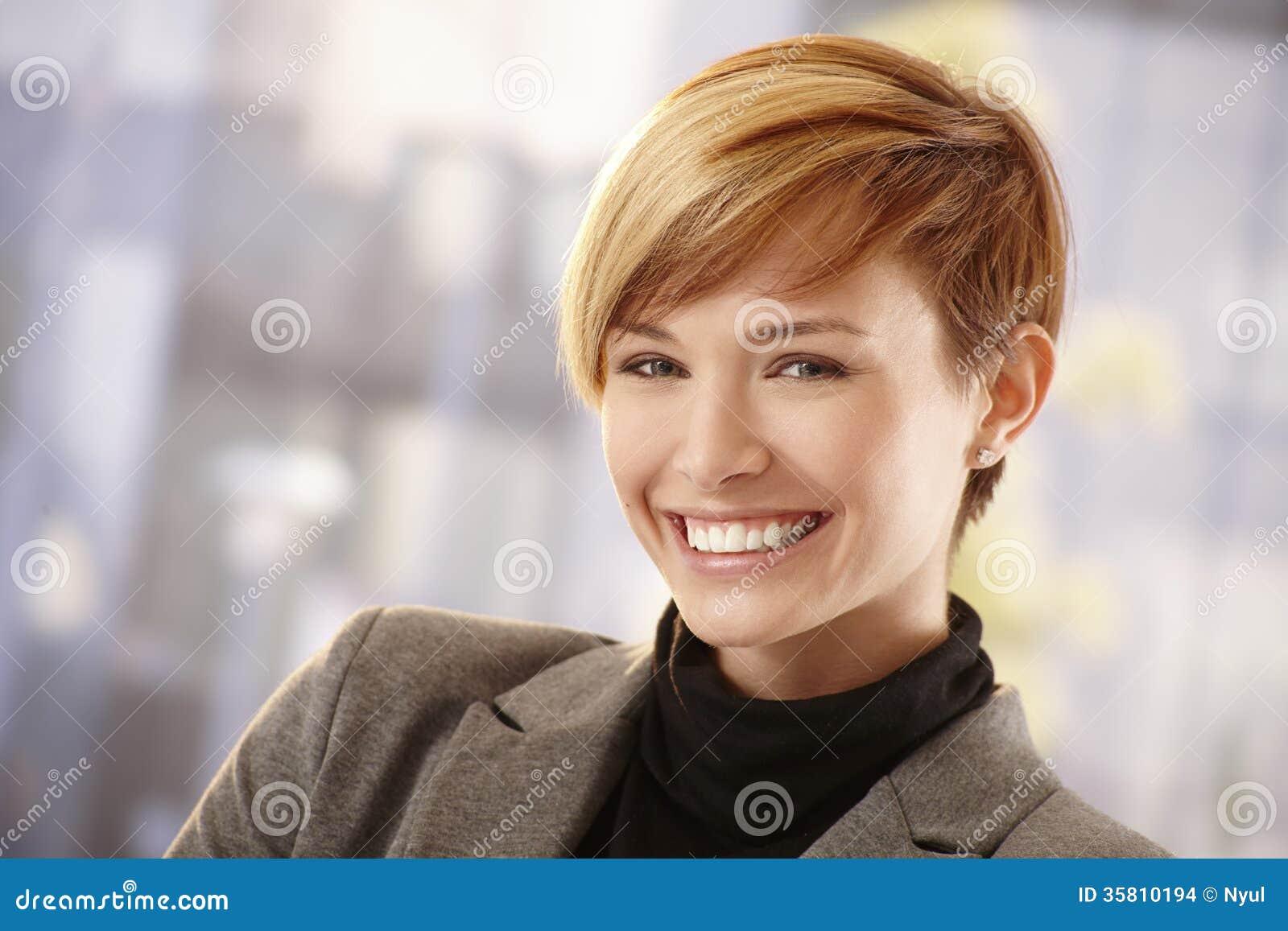 Empresaria joven feliz en sol de la primavera