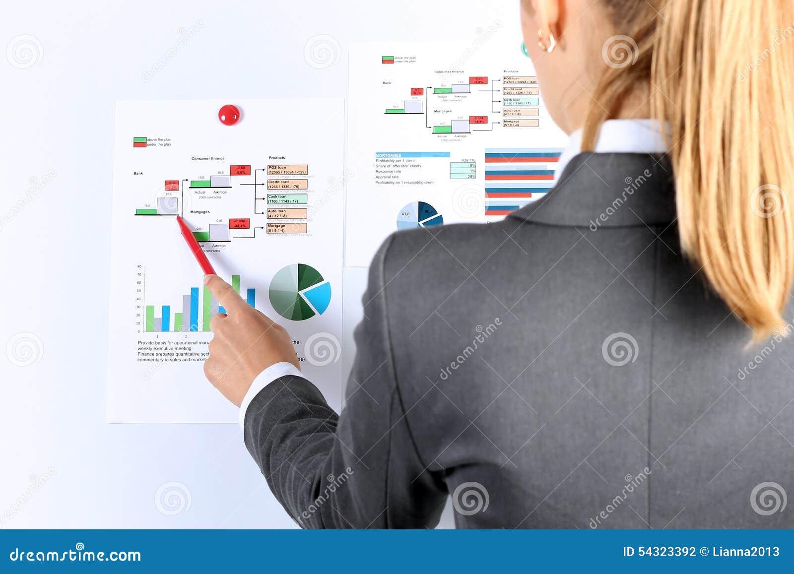 Empresaria joven que muestra gráficos por la pluma