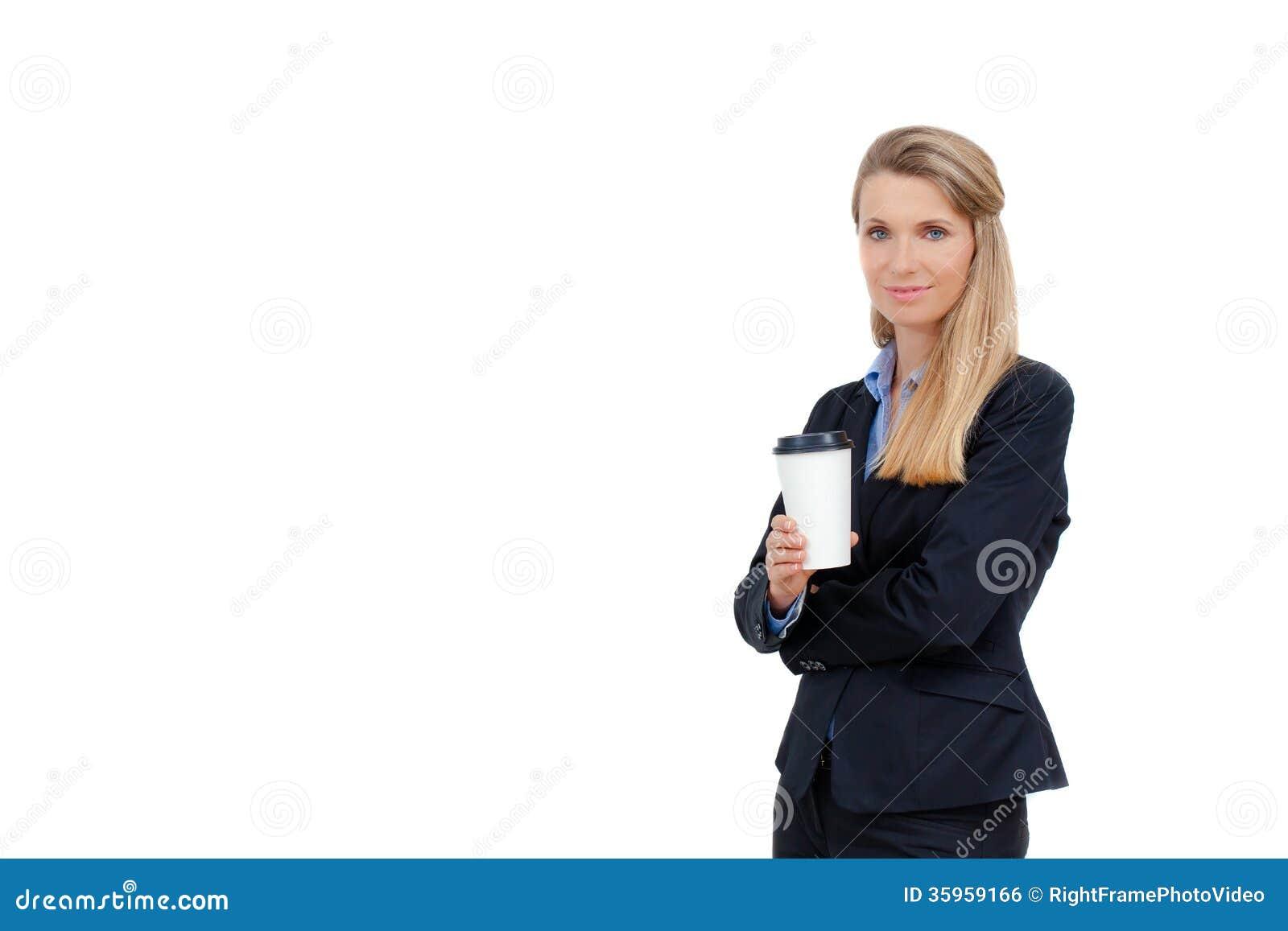 Empresaria joven rubia hermosa que sostiene una taza de café