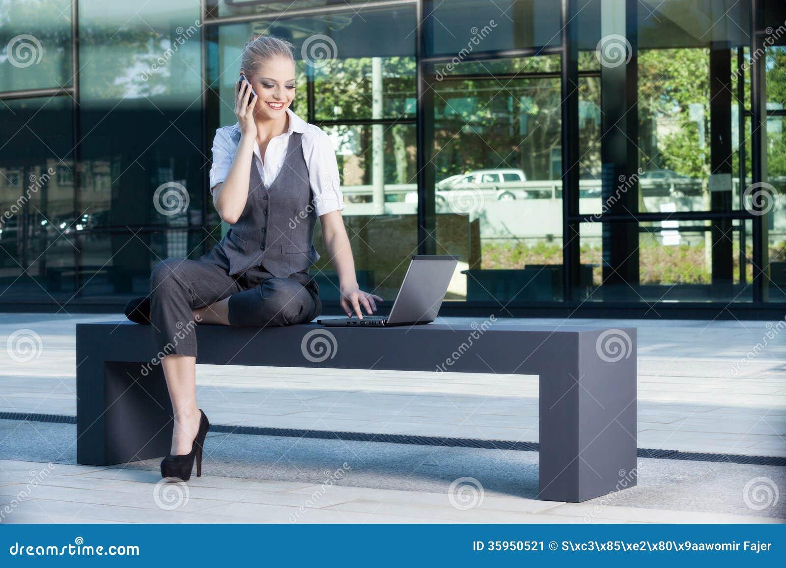 Empresaria joven y atractiva que trabaja en el ordenador portátil