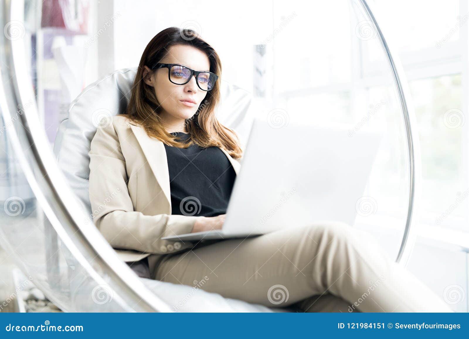 Empresaria moderna Resting en oficina