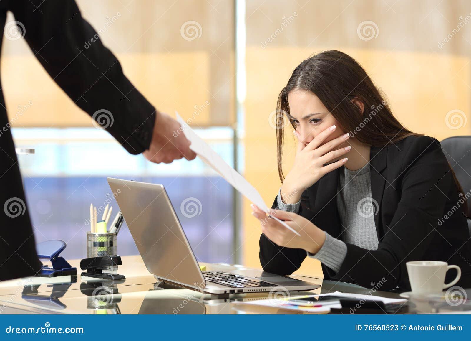 Empresaria preocupante que recibe la notificación