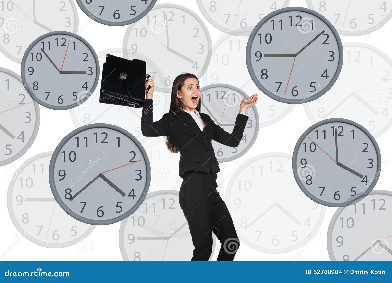 Empresaria que flota entre los relojes