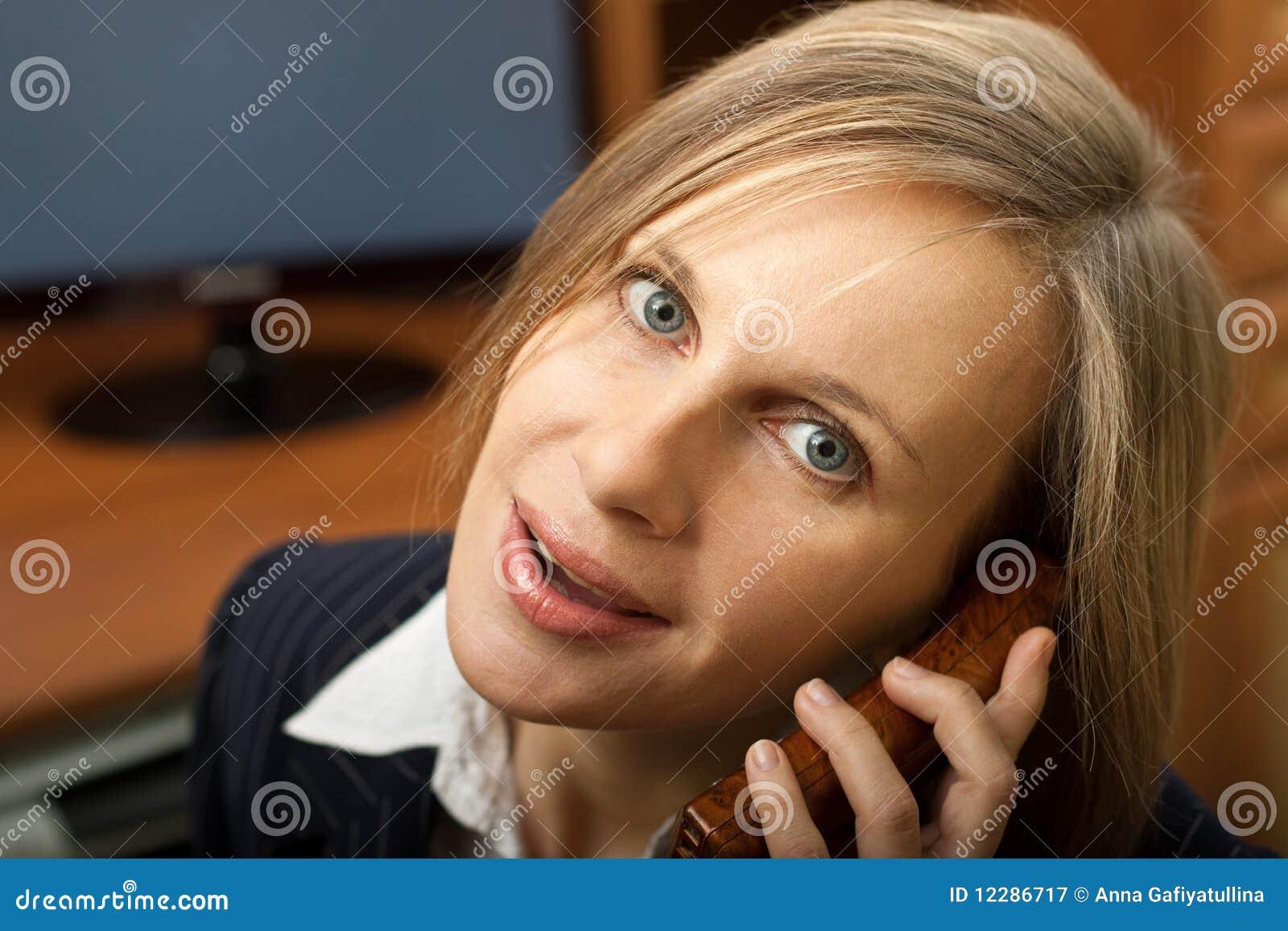 Empresaria que habla en el teléfono