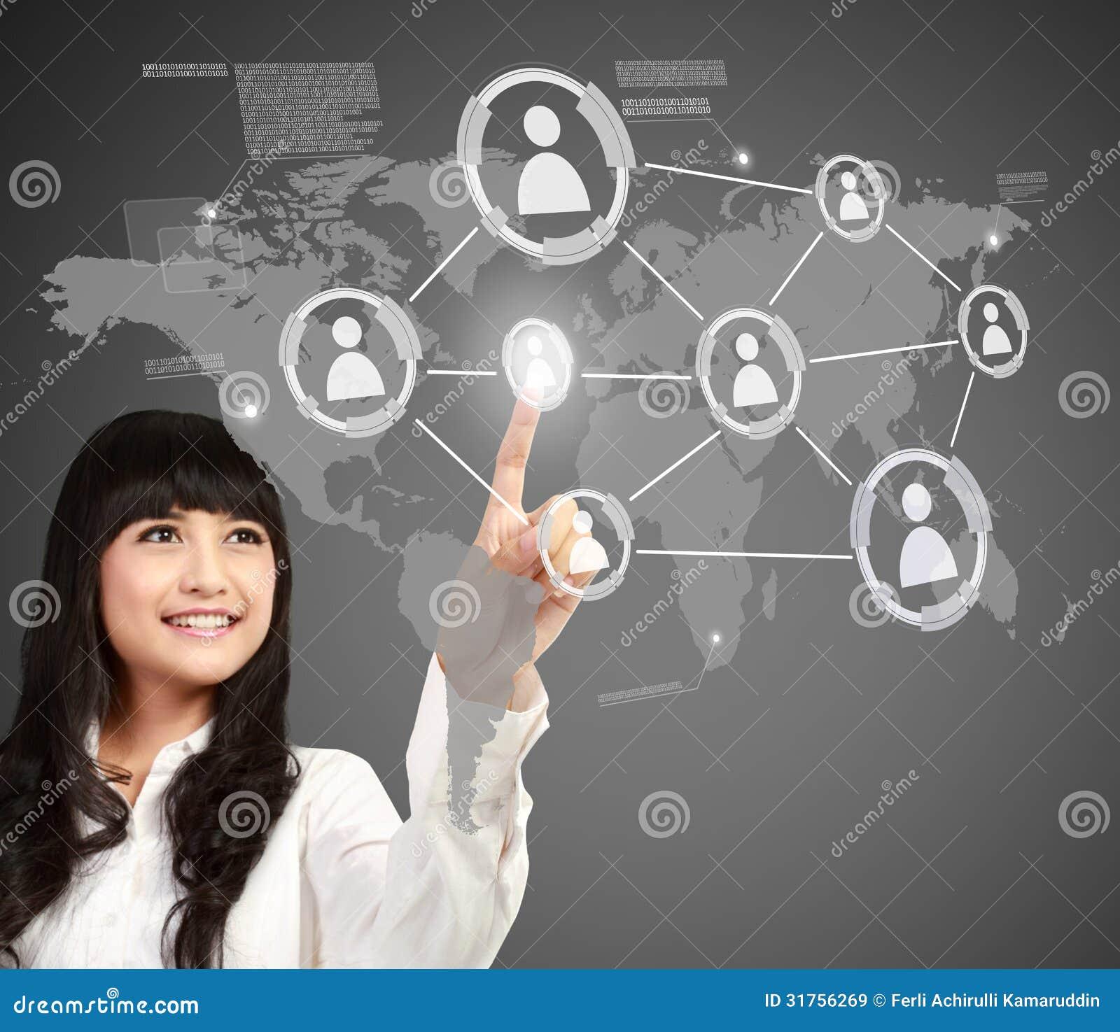 Empresaria que presiona el botón de medios sociales