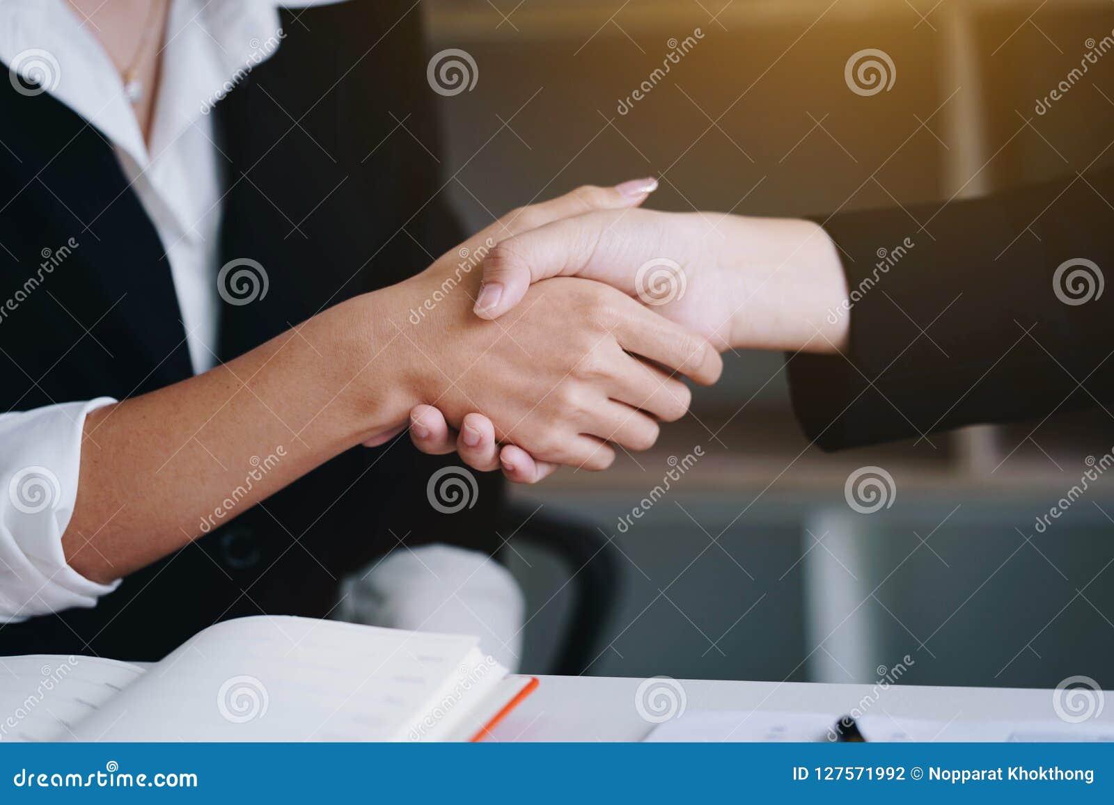 Empresaria que sacude la mano para un negocio completo junto