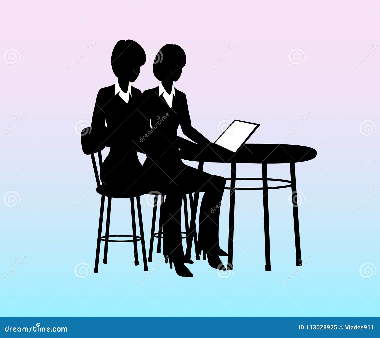 Empresaria que se sienta en una tabla con el ordenador, hablando con los empleados