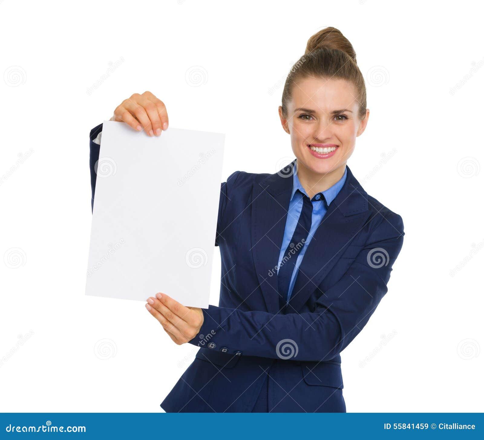 Empresaria que sonríe y que soporta un trozo de papel en blanco