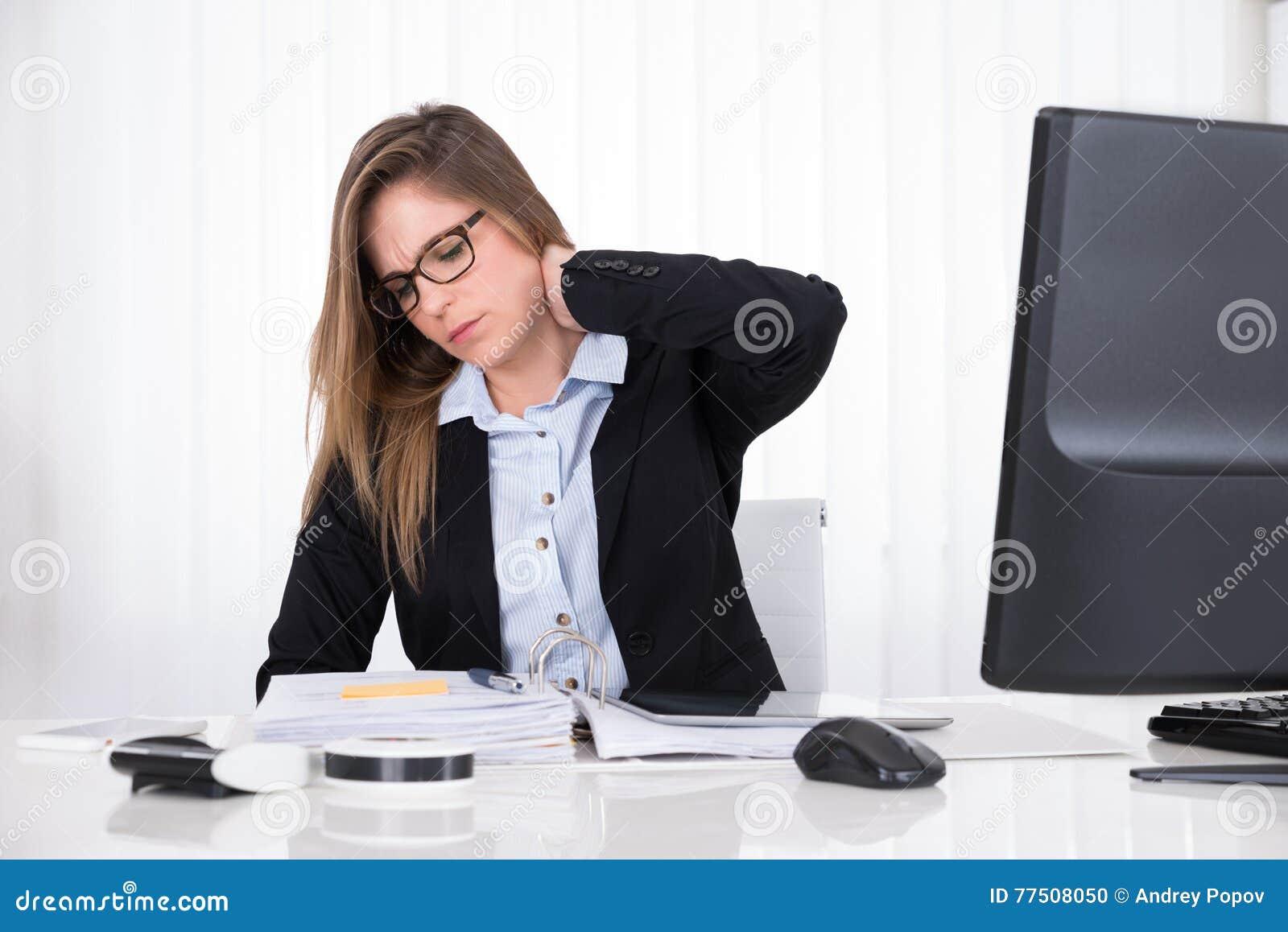 Empresaria que sufre de dolor de cuello