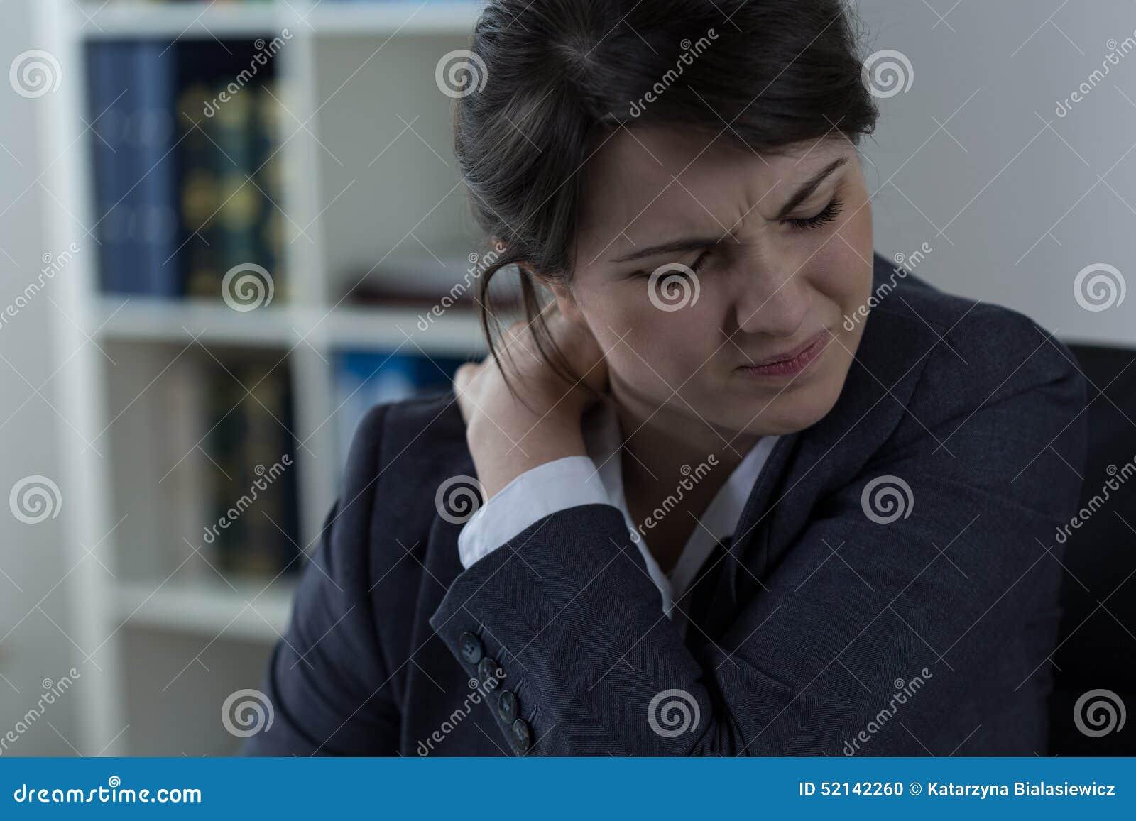 Empresaria que tiene dolor de espalda