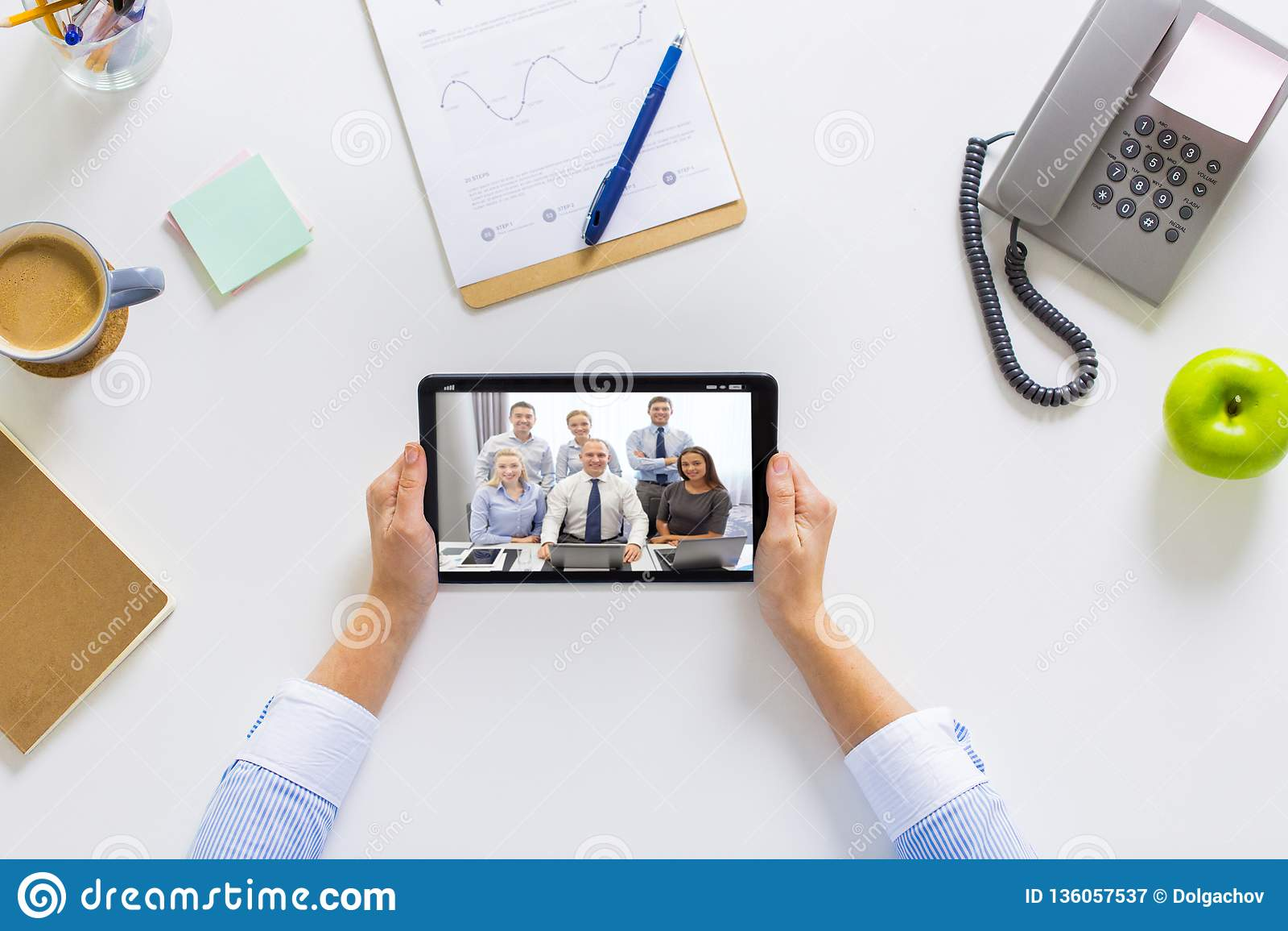 Empresaria que tiene videoconferencia en la tableta