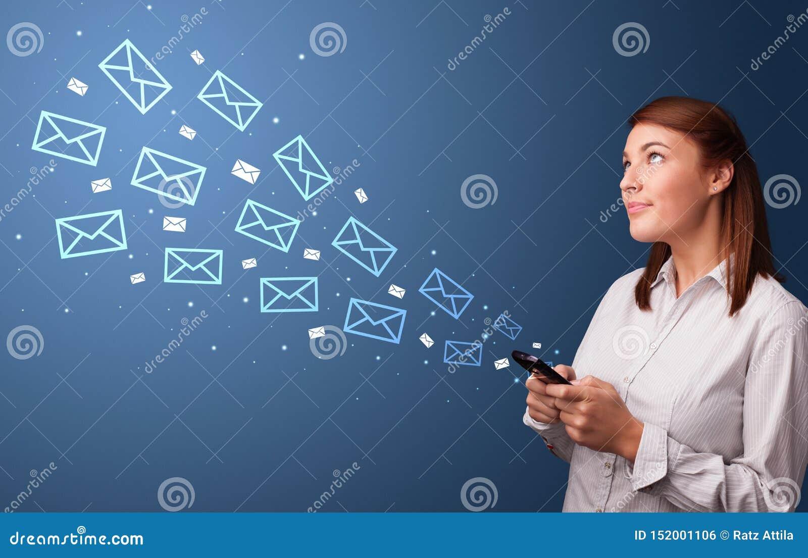 Empresaria que usa el tel?fono con concepto del correo alrededor