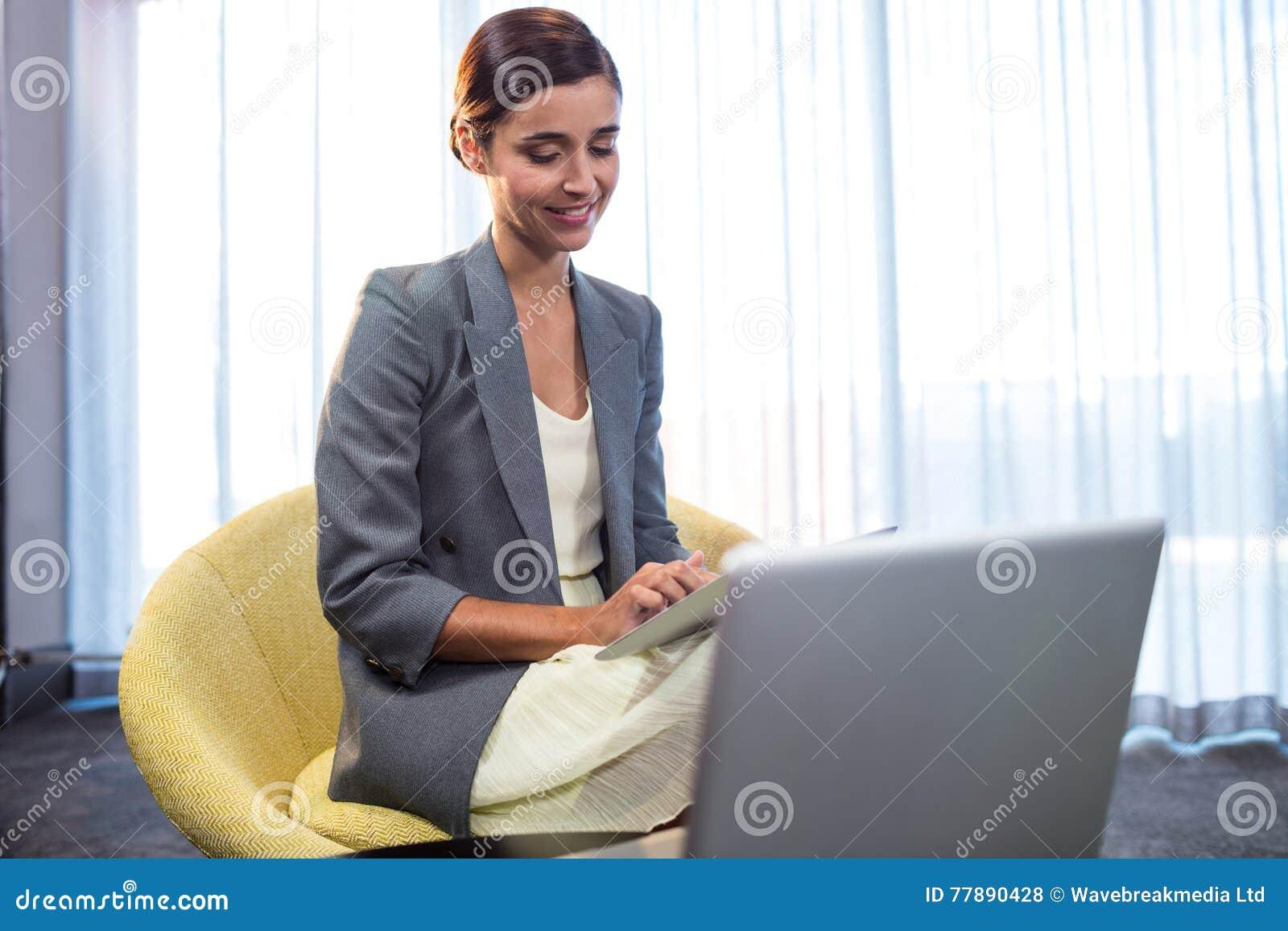 Empresaria Que Usa Una Computadora Portátil Foto de archivo