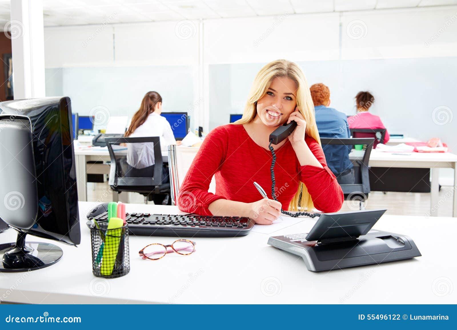 Empresaria rubia en oficina de trabajo del centro de for Oficina de empleo de albacete