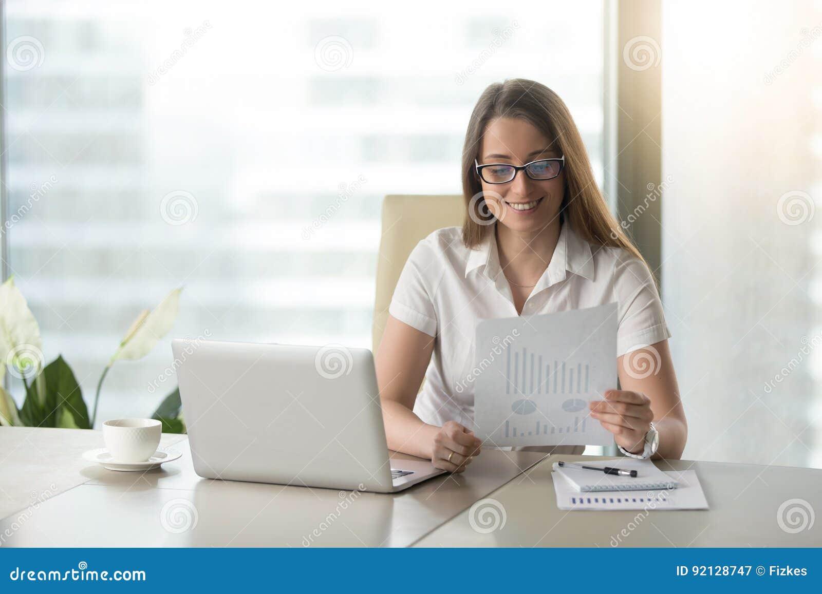 Empresaria satisfecha que revisa resultados financieros