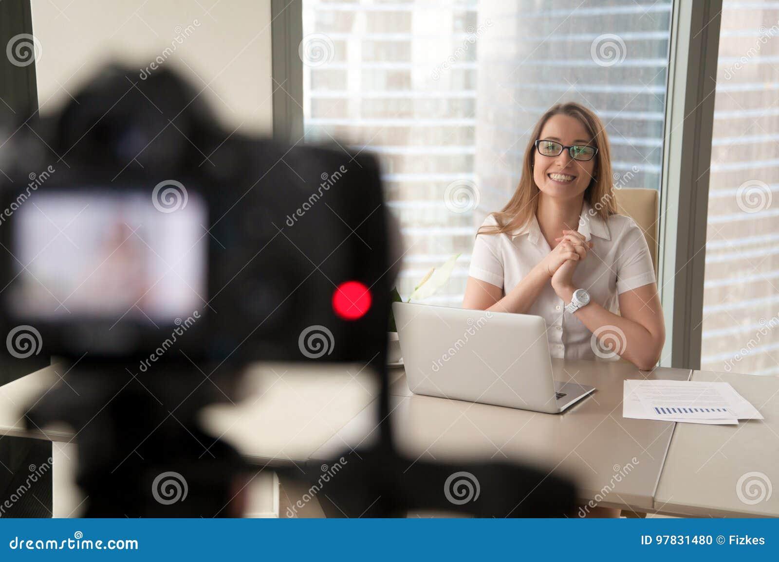 Empresaria sonriente que habla en la cámara, negocio de la grabación de la señora