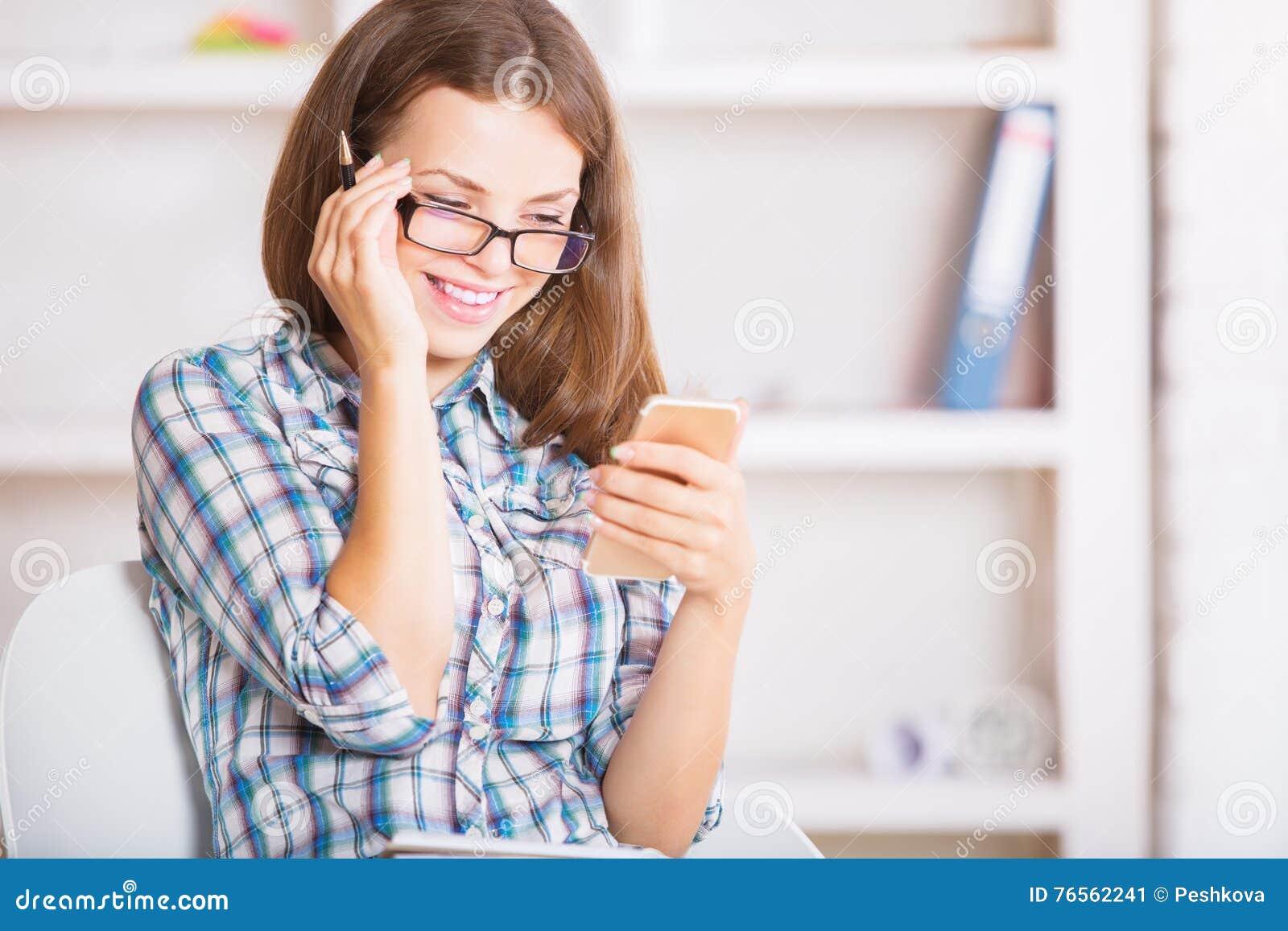 Empresaria sonriente Using Cellphone