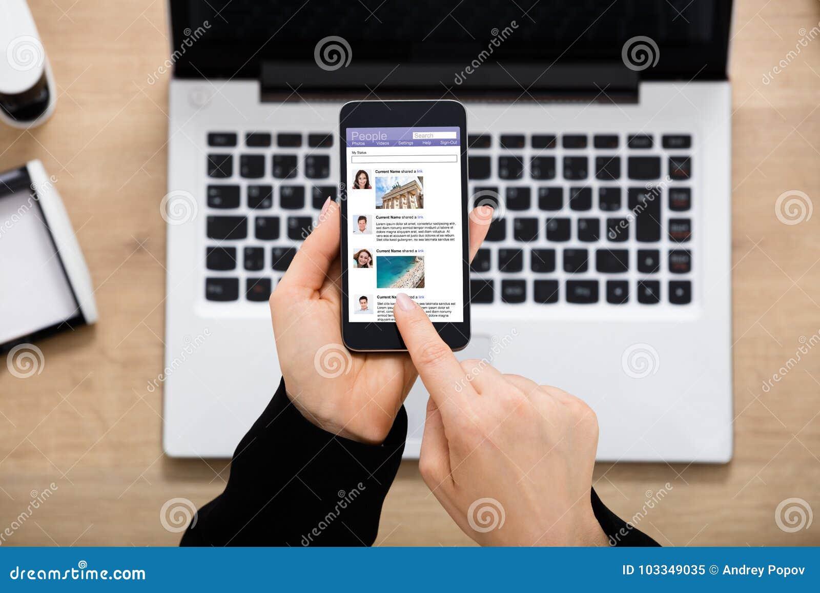 Empresaria Using Social Network en el móvil