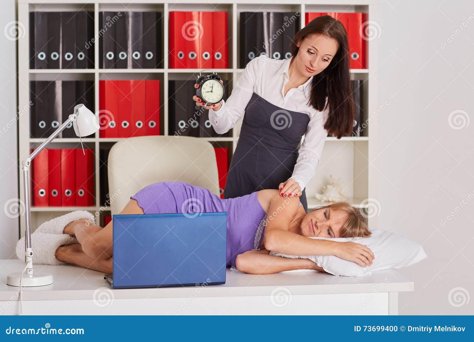 Empresarias cansadas en la oficina