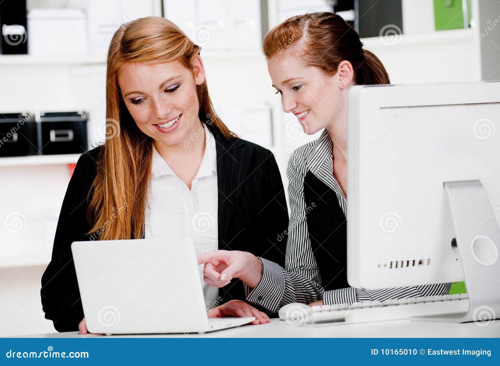 Empresarias con la computadora portátil y el ordenador