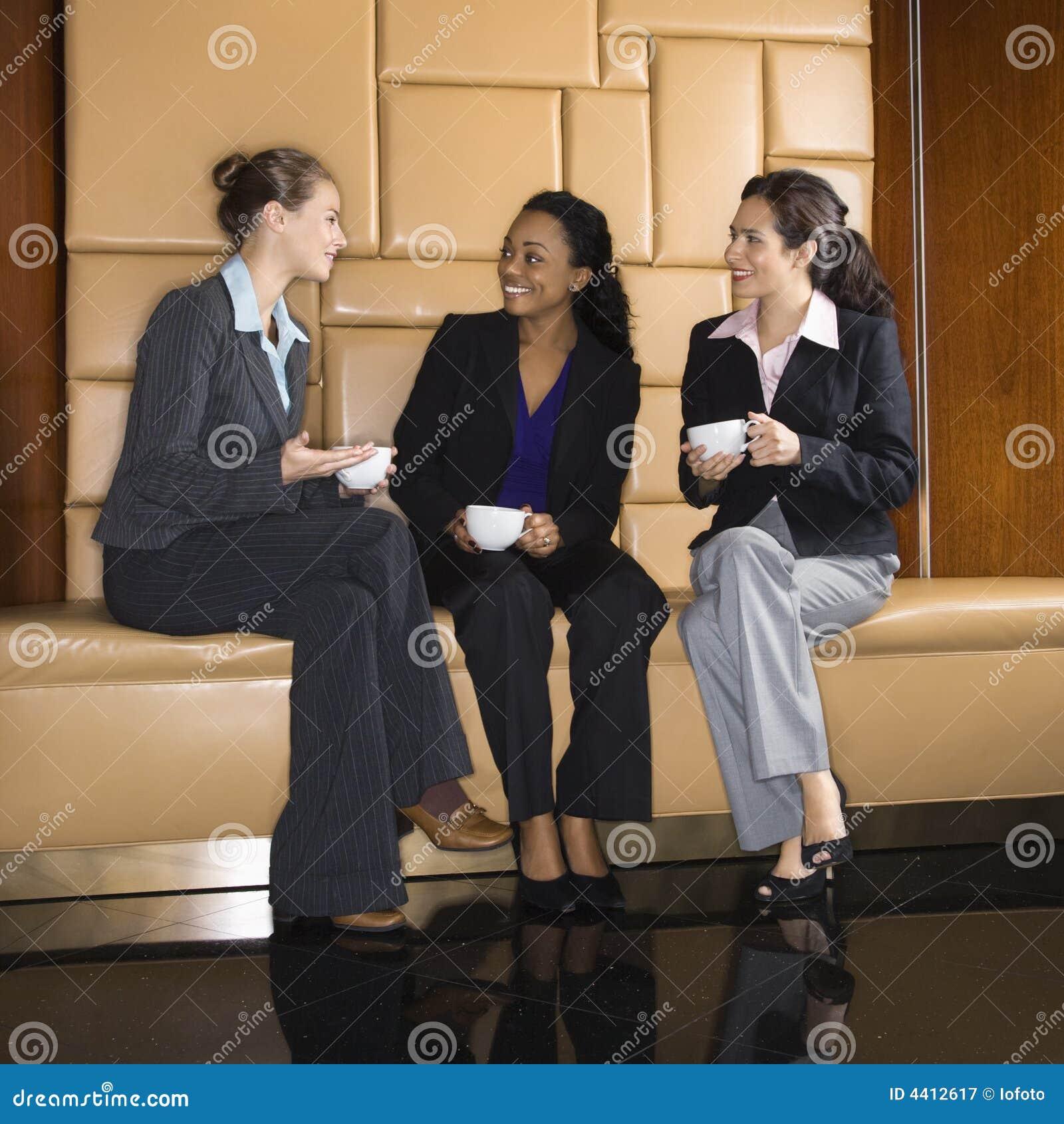 Empresarias que beben el café.
