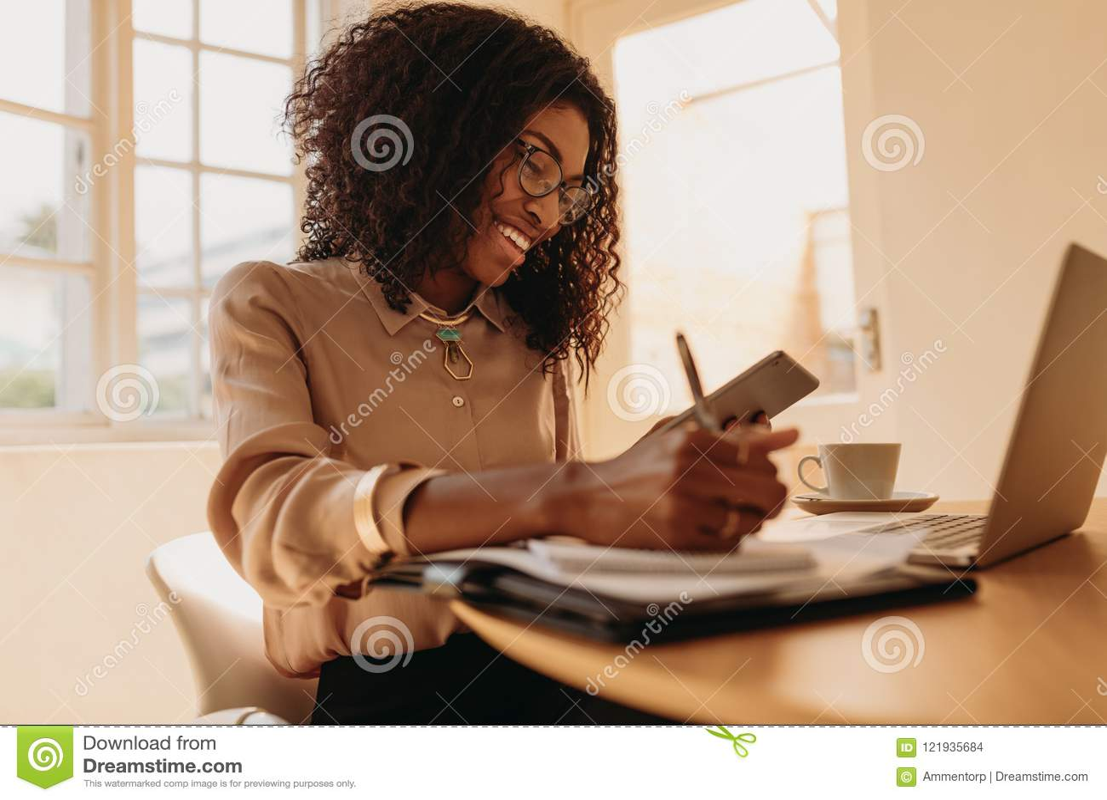 Empresario de la mujer que trabaja de hogar en el ordenador portátil