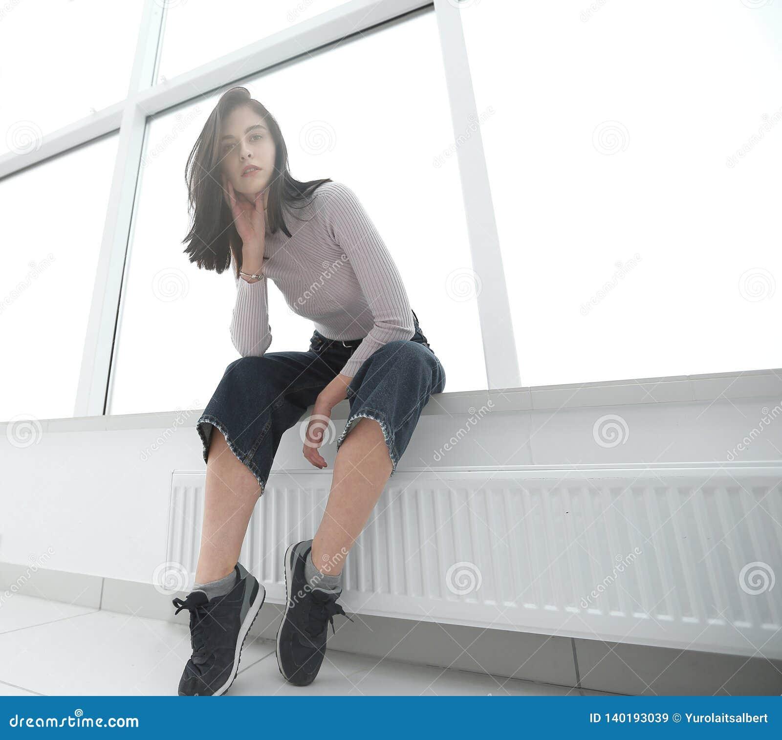 Empresario joven que se sienta en una nueva oficina vacía