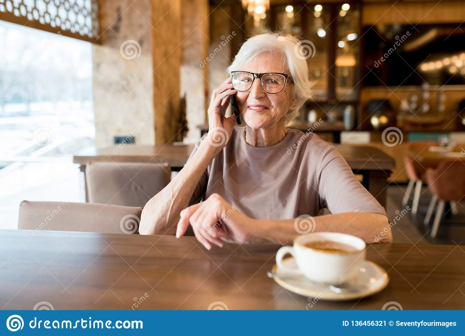 Empresario mayor positivo que habla por el teléfono