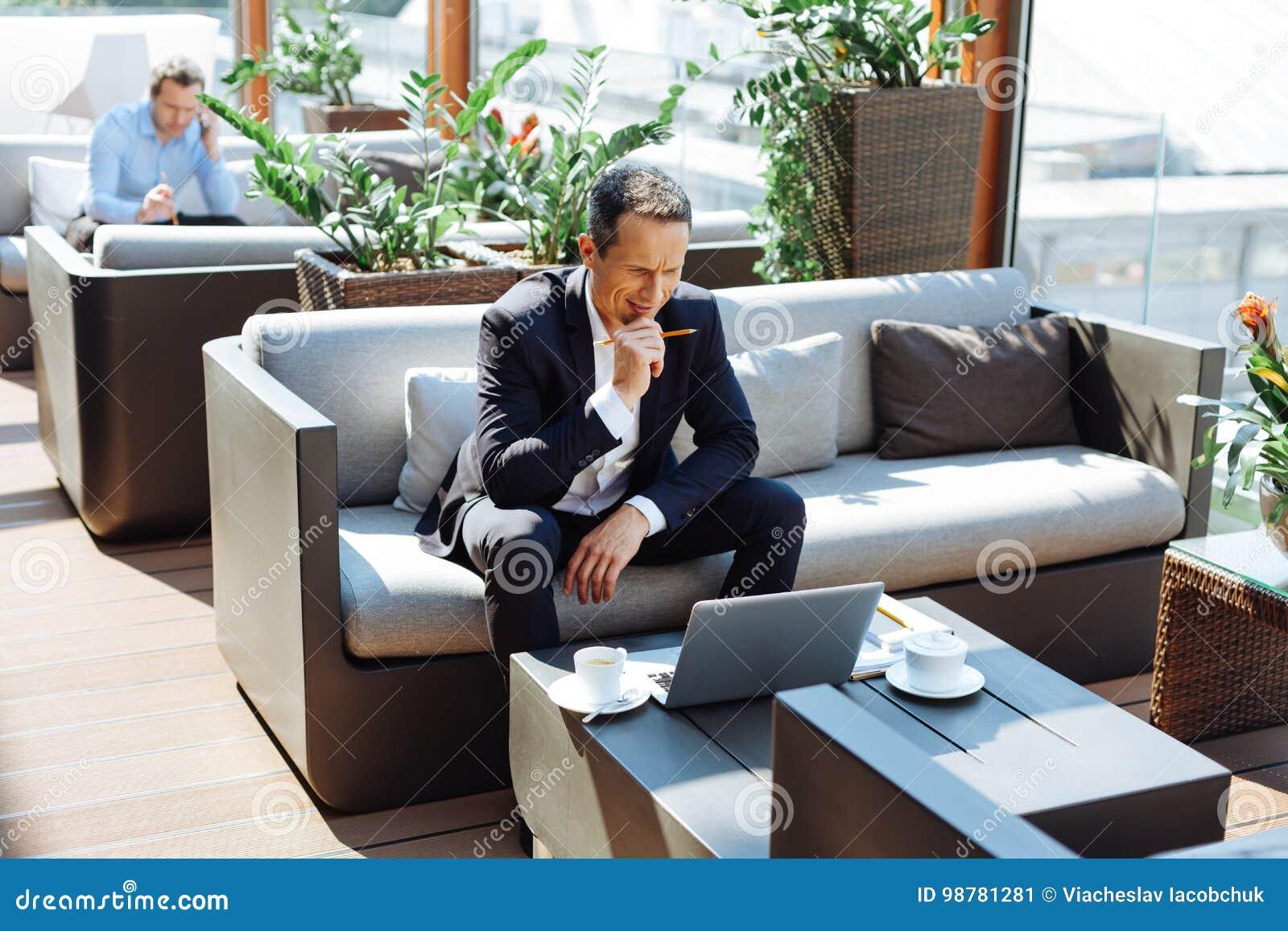 Empresario profesional elegante que piensa en su proyecto