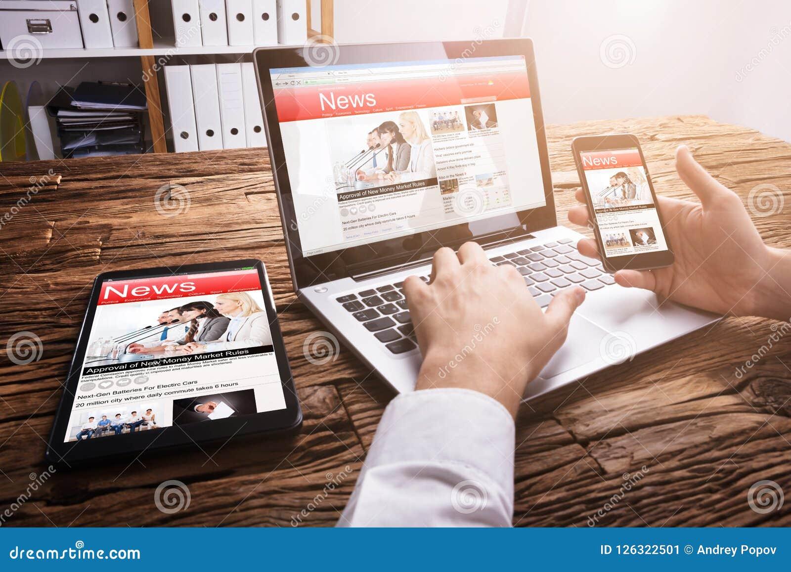 Empresario Reading Online News en el ordenador portátil