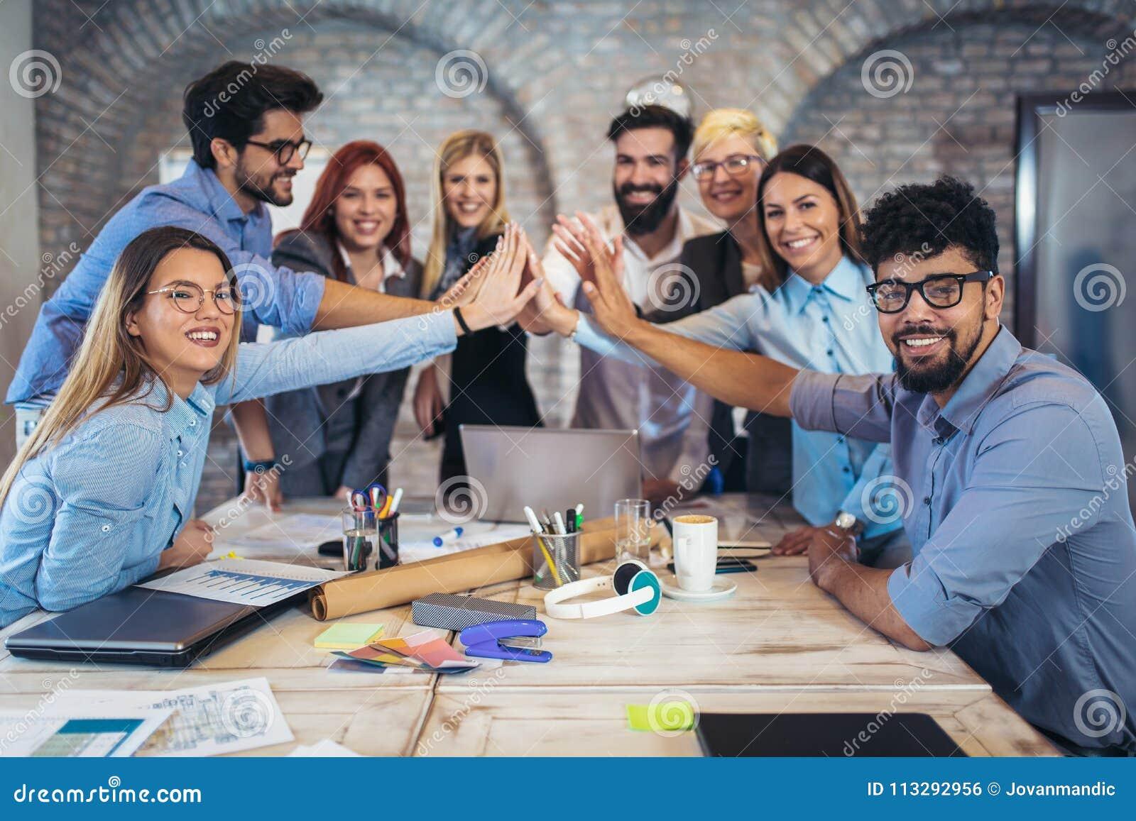 Empresarios acertados y hombres de negocios que alcanzan metas